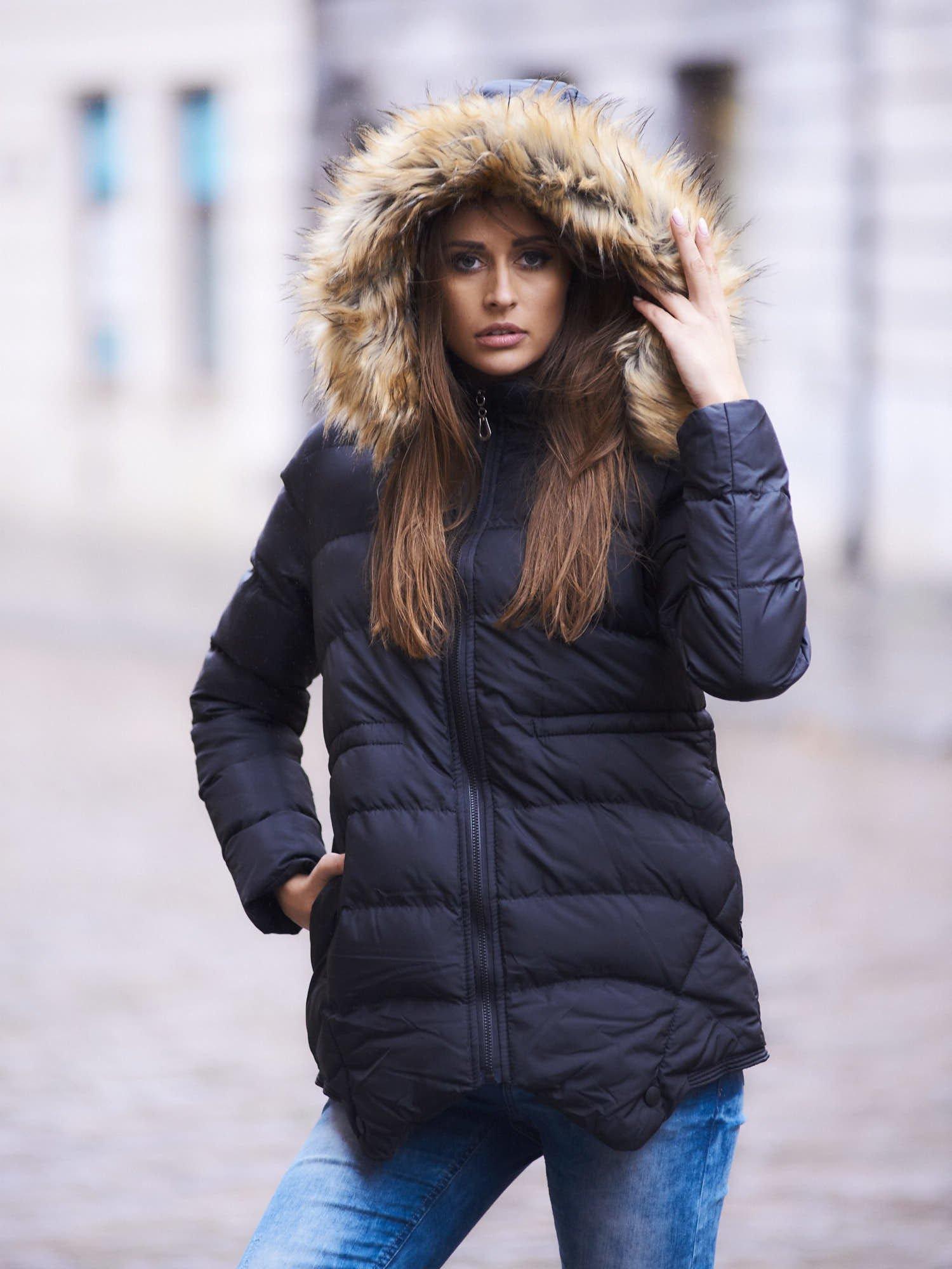 Czarna ocieplana kurtka z futrzanym wykończeniem kaptura                                  zdj.                                  1