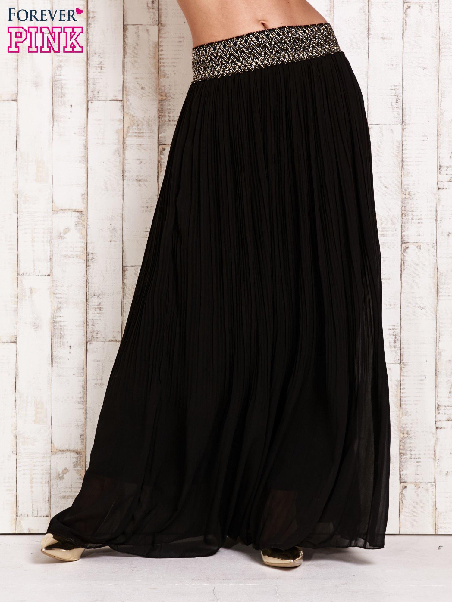 Czarna plisowana spódnica maxi z pasem przeszywanym metaliczną nicią                                  zdj.                                  1