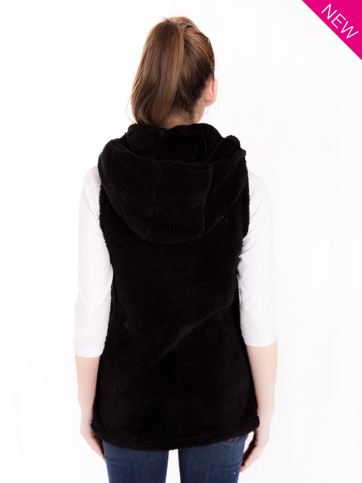 Czarna pluszowa kamizelka z kapturem zapinana na kołki                                  zdj.                                  2