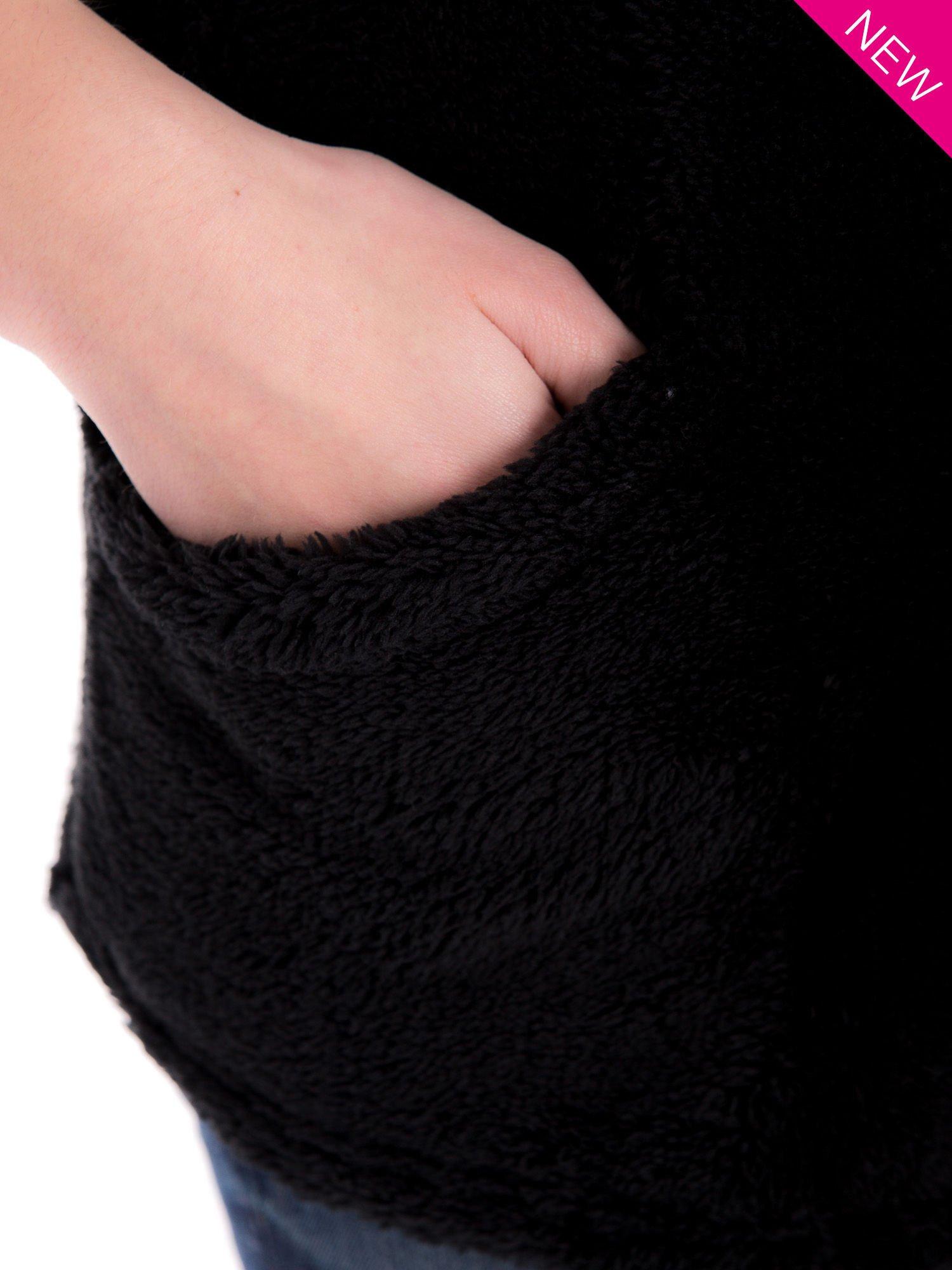 Czarna pluszowa kamizelka z kapturem zapinana na kołki                                  zdj.                                  7
