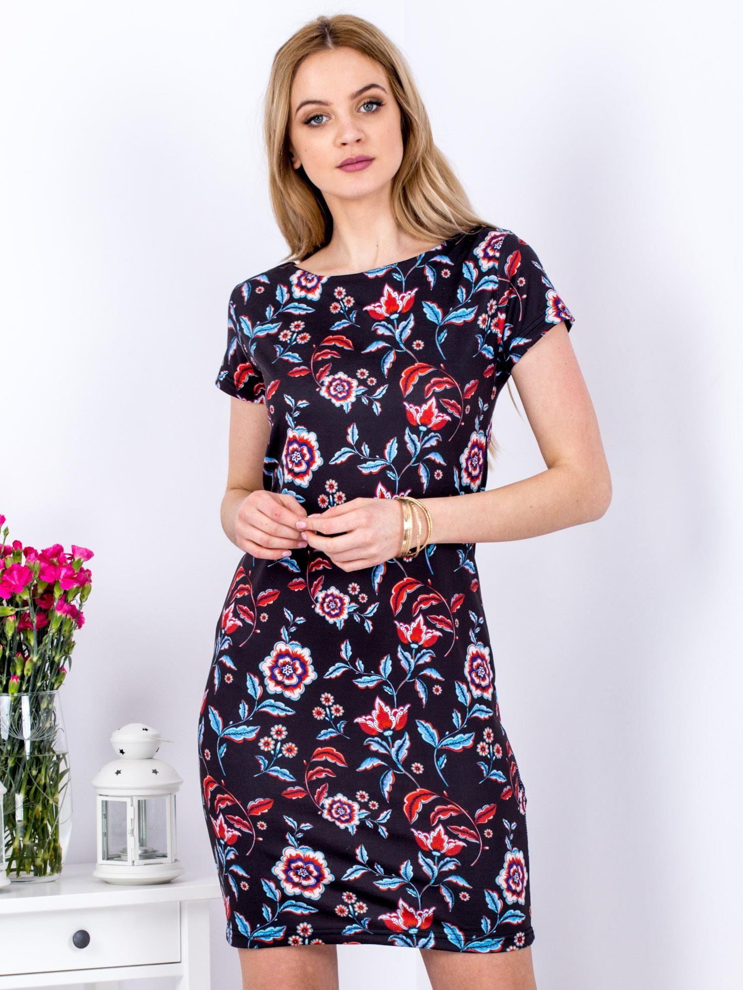 7c57accc1b Czarna prosta sukienka w etniczne kwiaty - Sukienka dopasowana ...