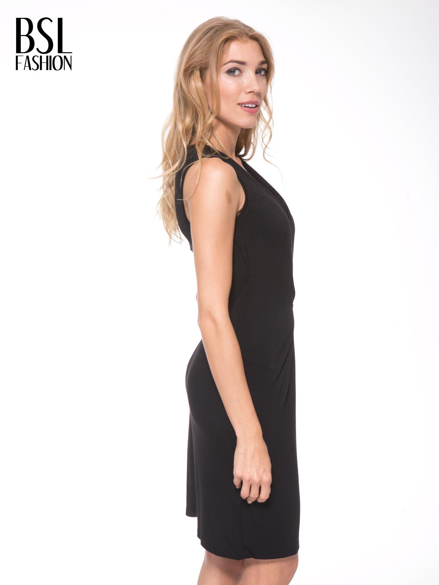 Czarna prosta sukienka z drapowaniem z przodu                                  zdj.                                  3