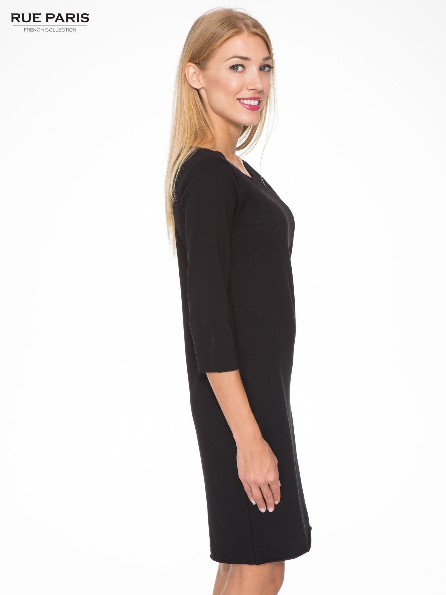 Czarna prosta sukienka z surowym wykończeniem i kieszeniami                                  zdj.                                  3