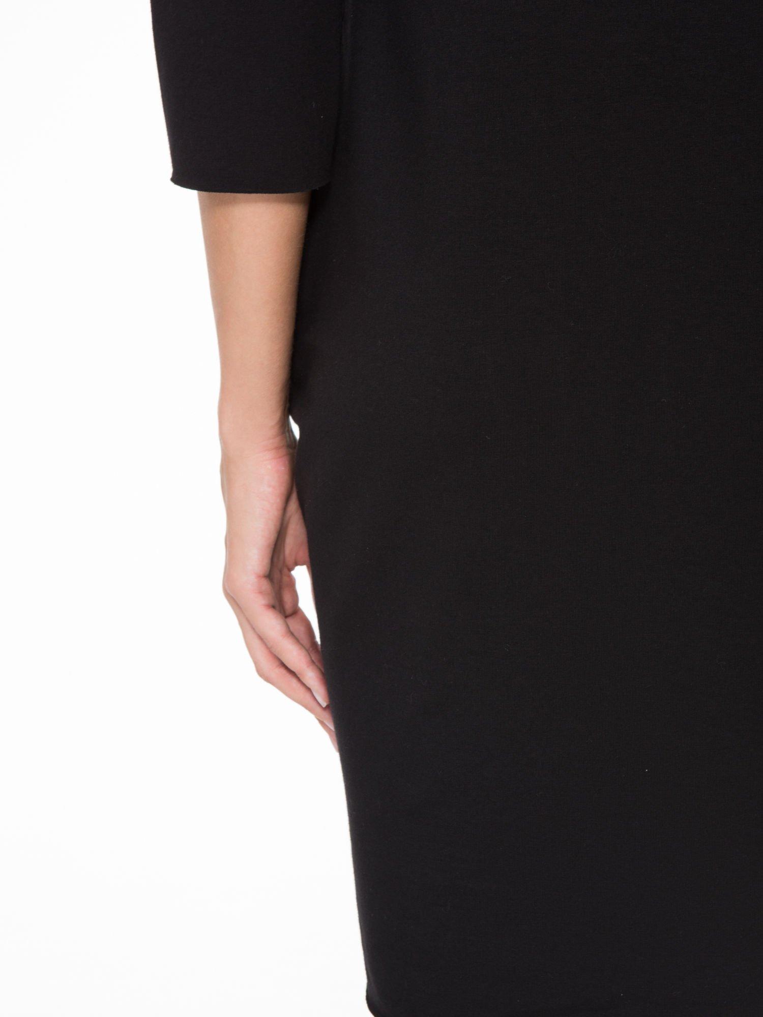 Czarna prosta sukienka z surowym wykończeniem i kieszeniami                                  zdj.                                  9