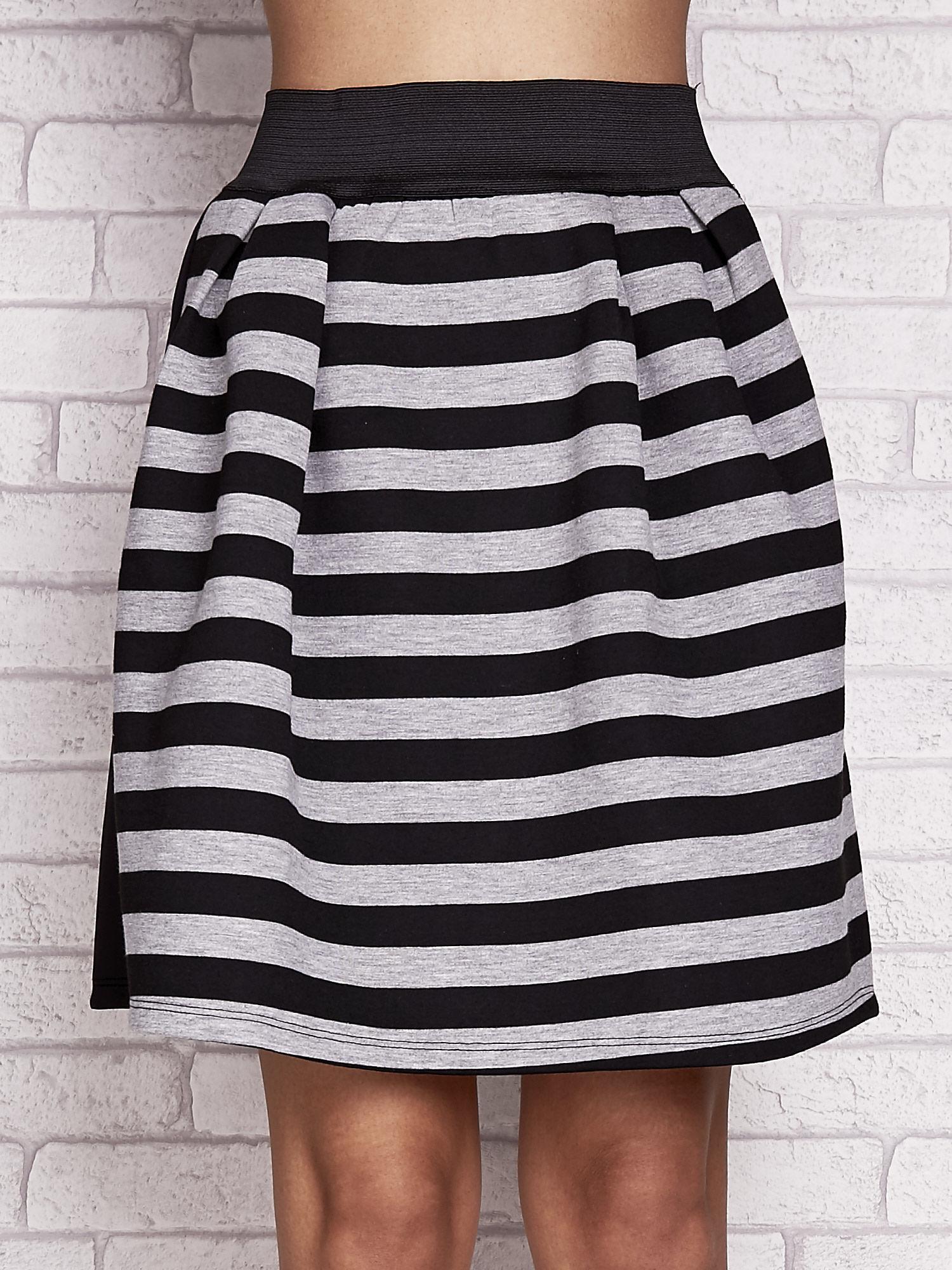 Czarna rozkloszowana spódnica w paski                                  zdj.                                  4