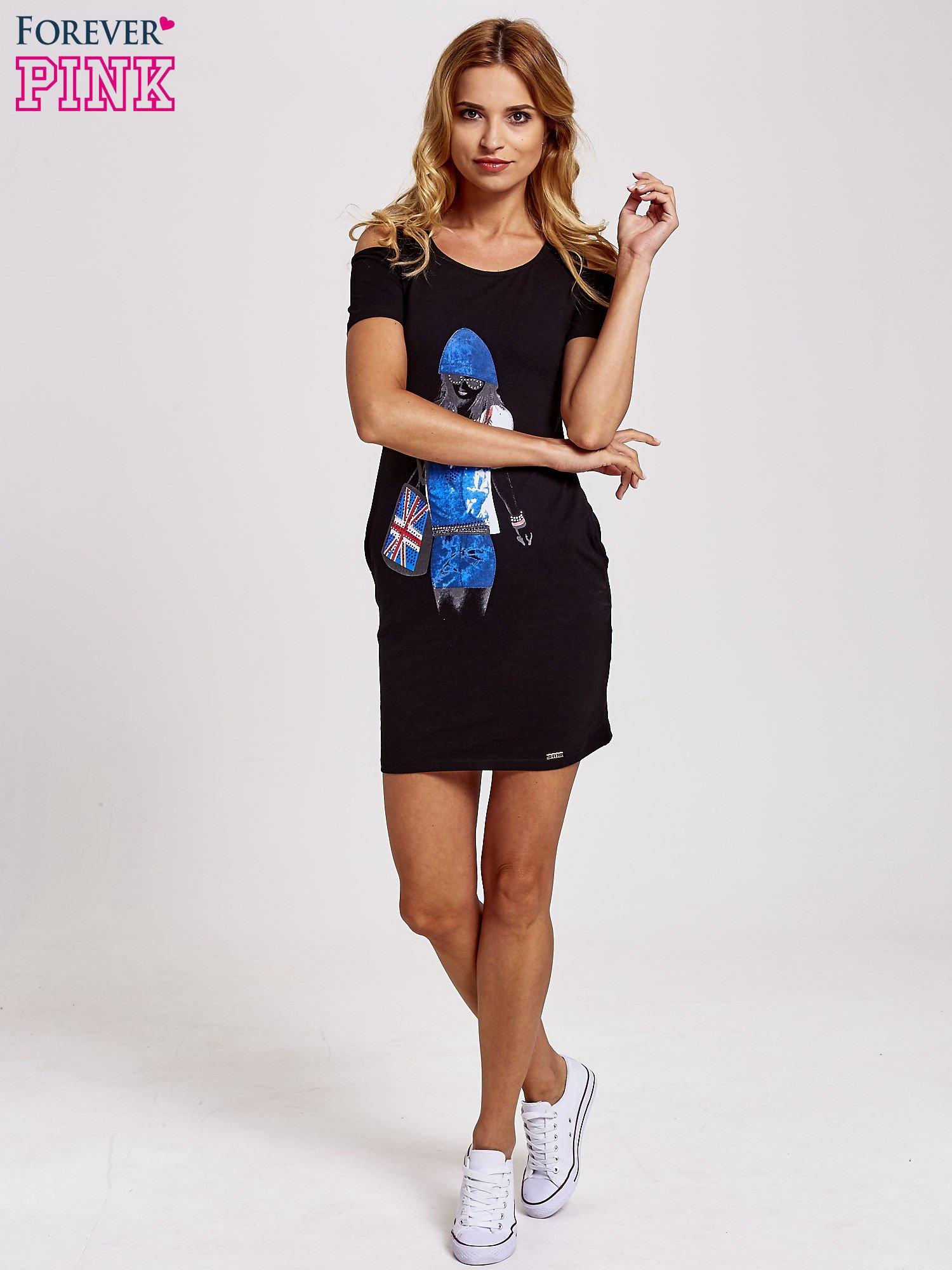 Czarna sukienka dresowa cut out shoulder z nadrukiem dziewczyny                                  zdj.                                  4