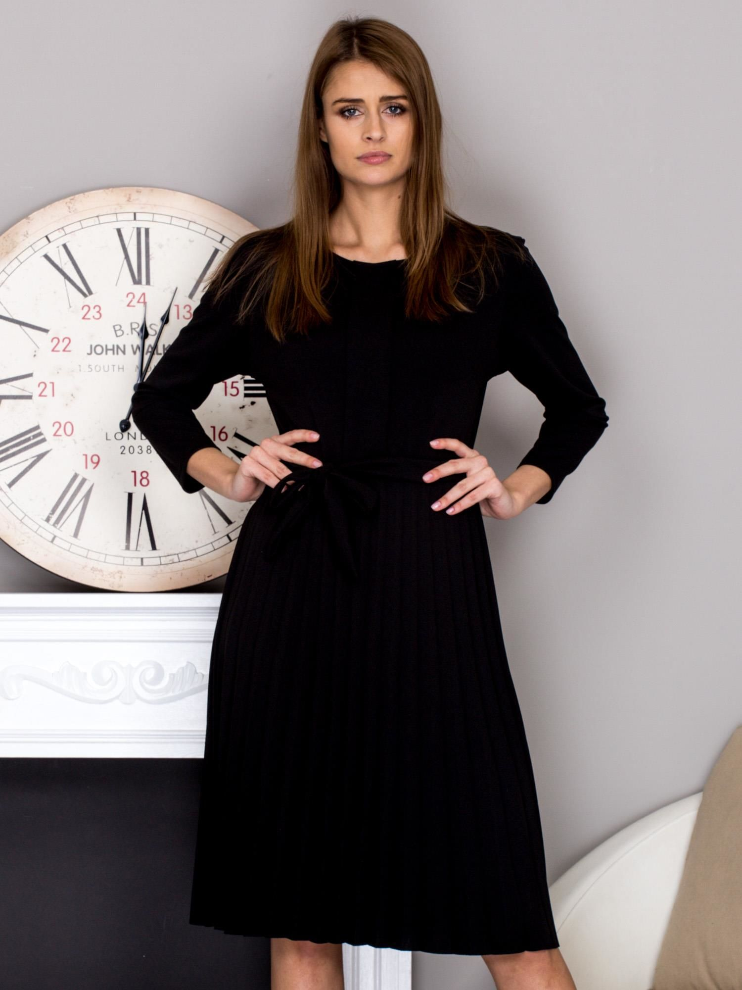 026ceb6640 Czarna sukienka koktajlowa z kokardą i plisowanym dołem - Sukienka  koktajlowa - sklep eButik.pl