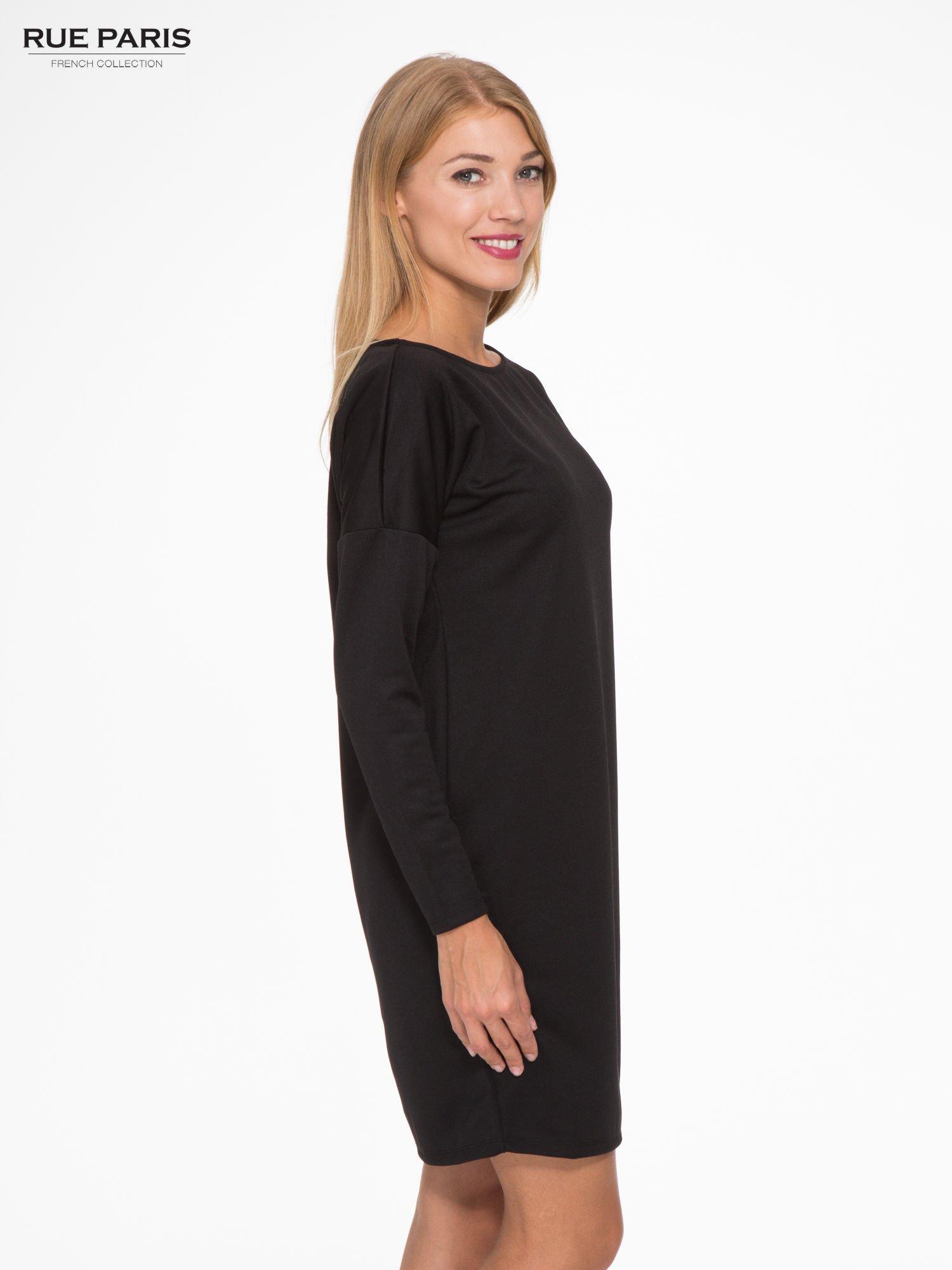 Czarna sukienka oversize z obniżoną linią ramion                                  zdj.                                  3