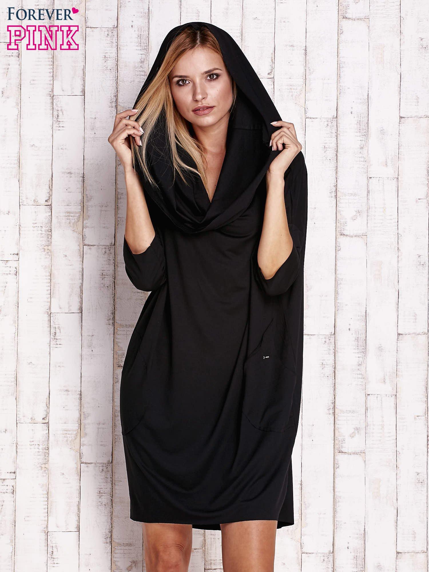Czarna sukienka oversize z wywijanym kołnierzem                                  zdj.                                  5