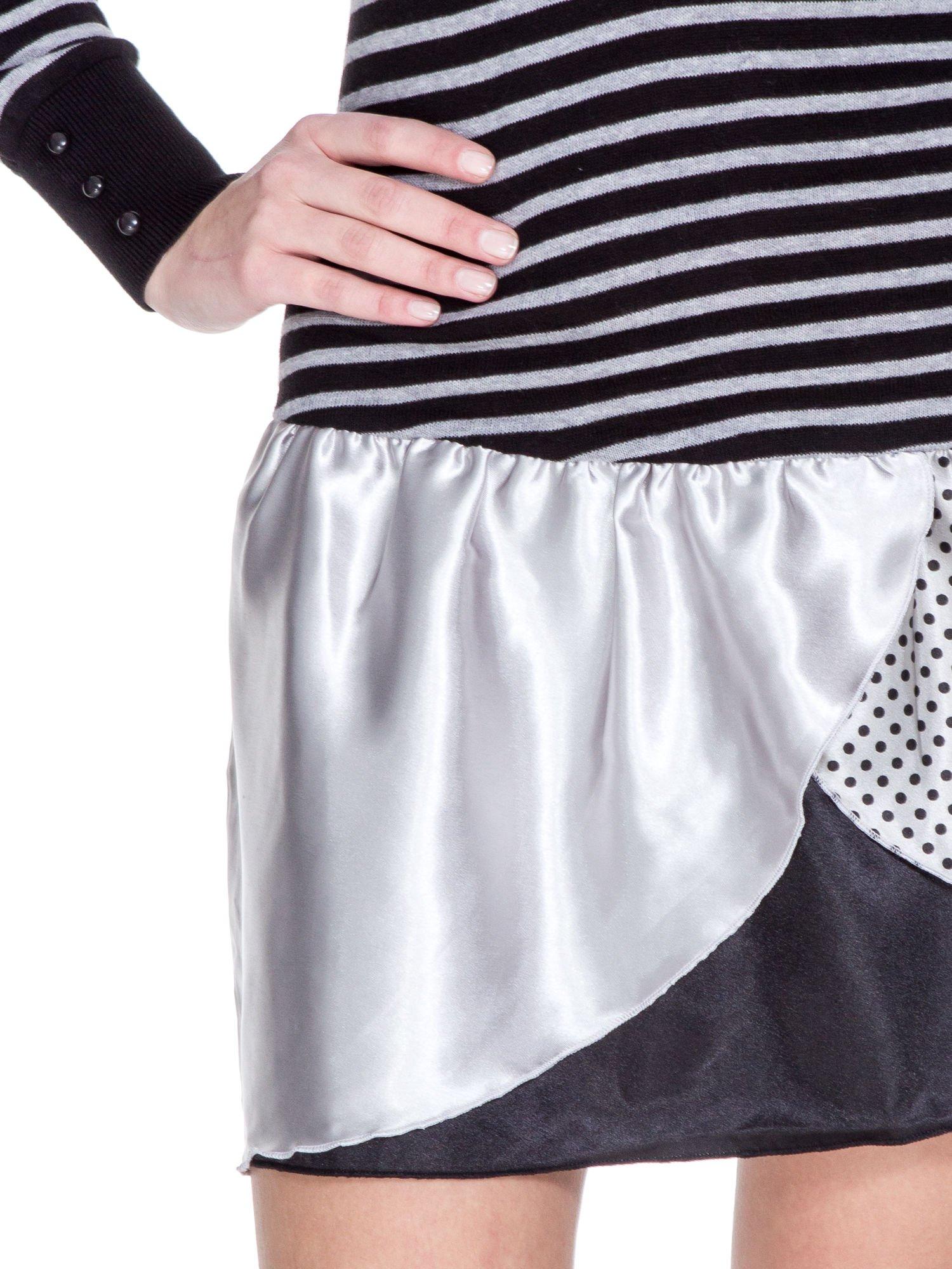 Czarna sukienka w paski z baskinką z tkaniny                                  zdj.                                  6