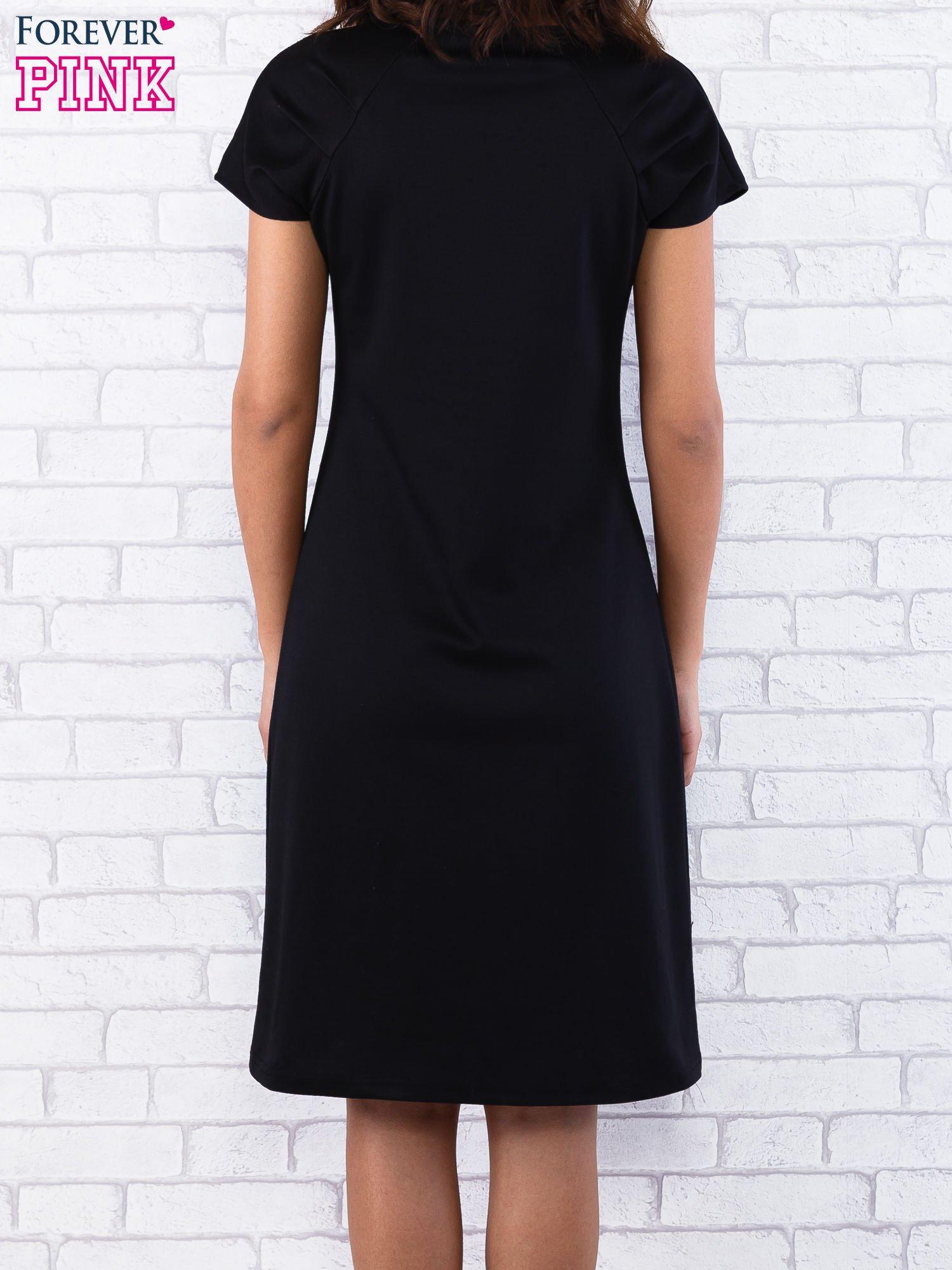 Czarna sukienka z cekinowym wykończeniem przy dekolcie                                  zdj.                                  3