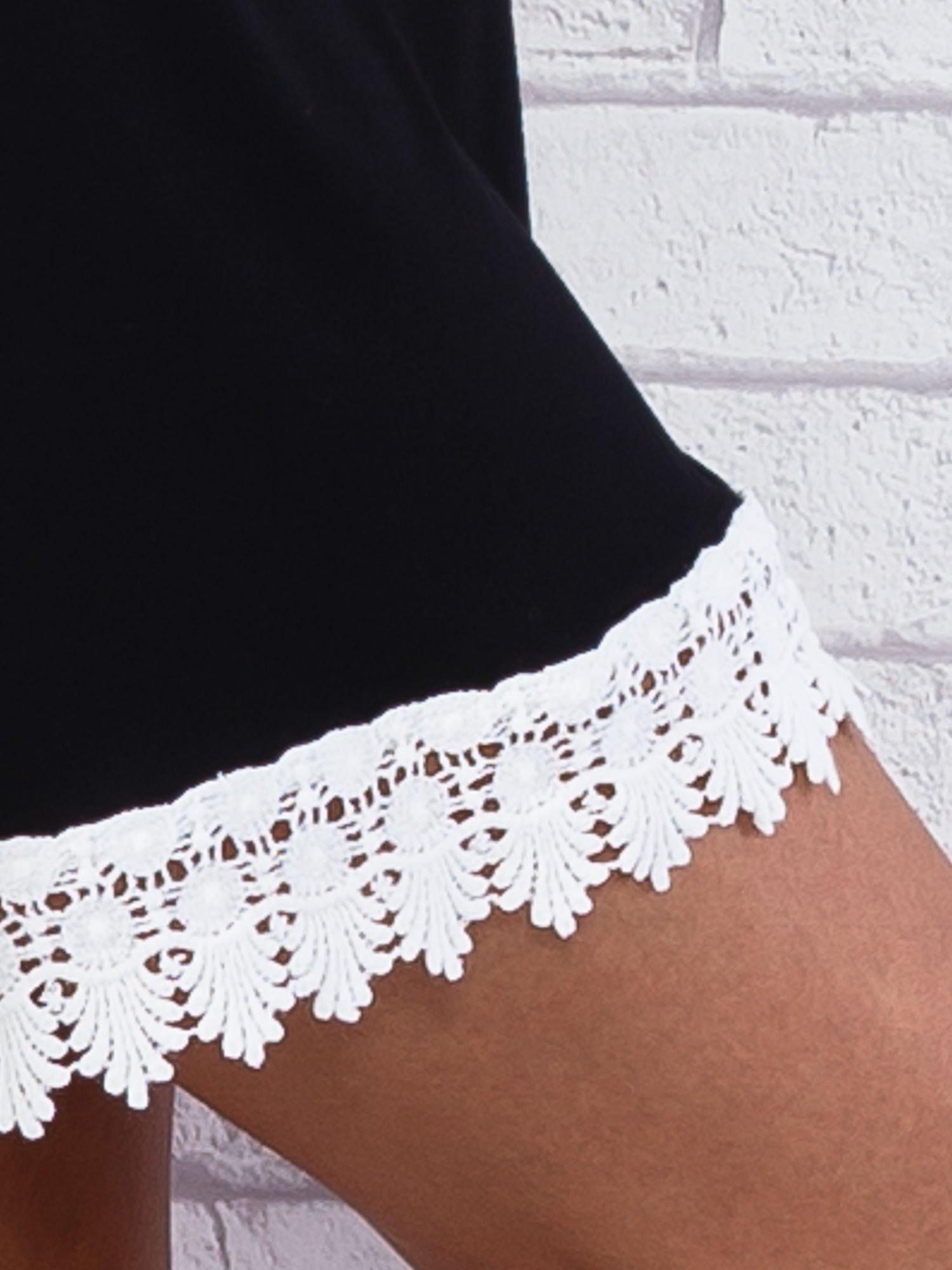 Czarna sukienka z koronkowym wykończeniem                                  zdj.                                  5