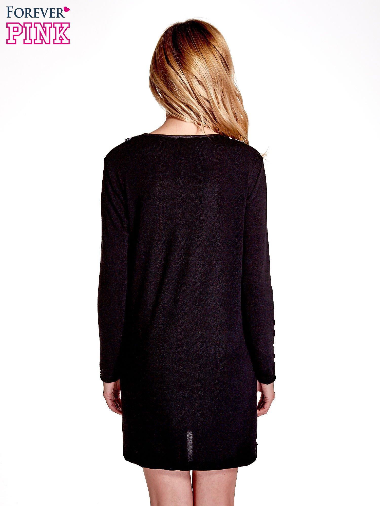 Czarna sukienka z nadrukiem pepitki                                  zdj.                                  4