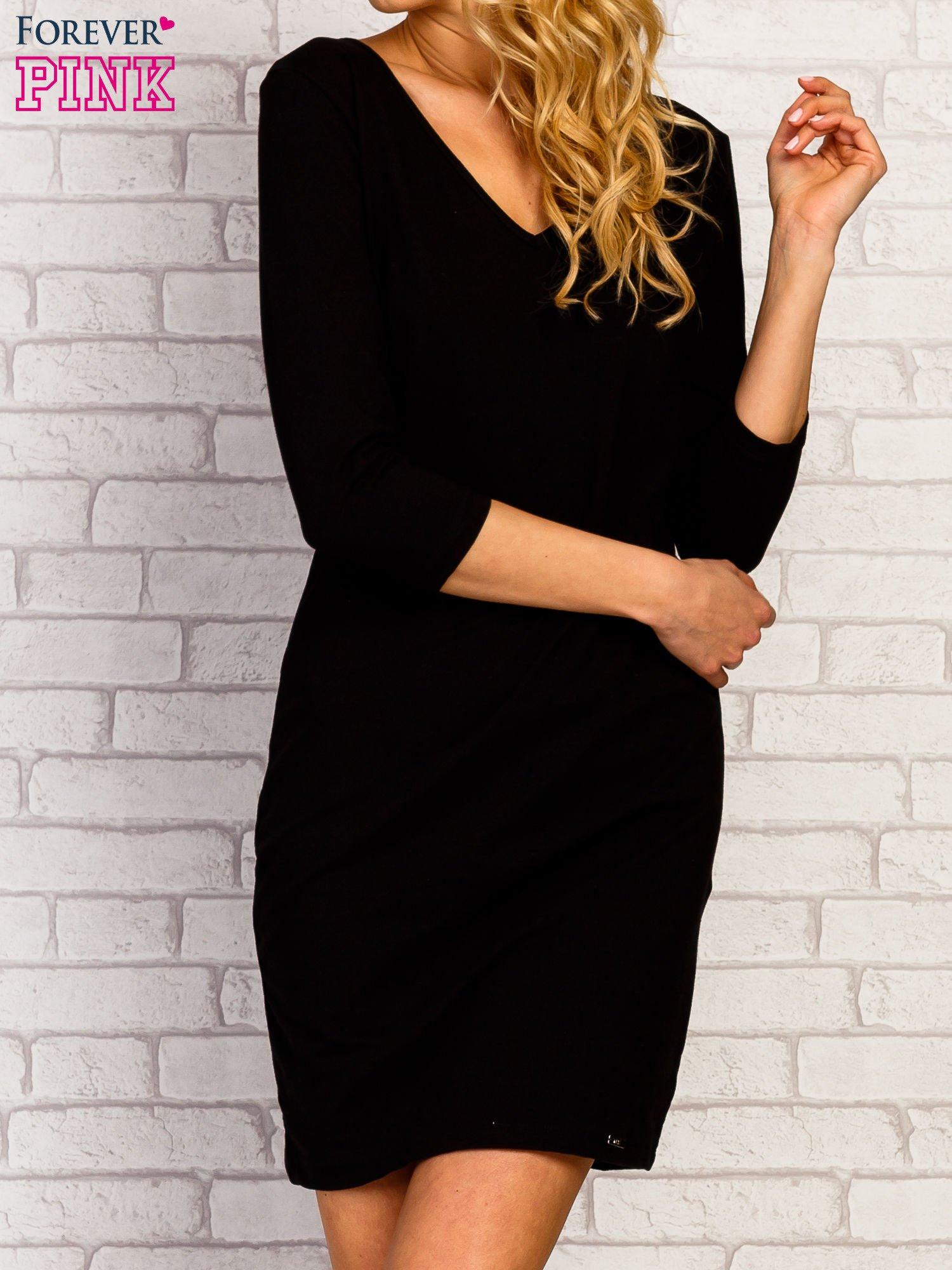 Czarna sukienka z trójkątnym dekoltem                                  zdj.                                  1