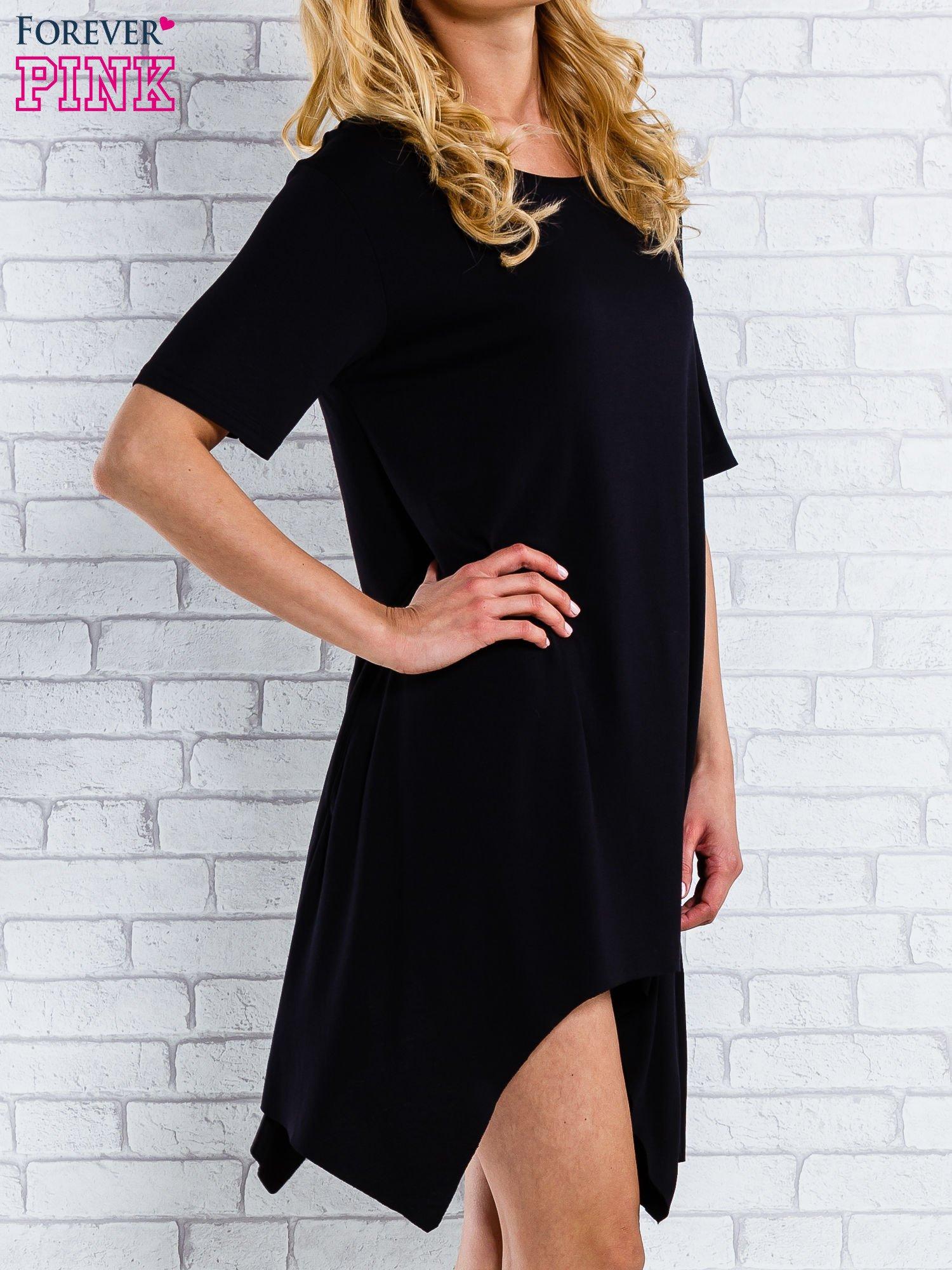 Czarna sukienka z wydłużanymi bokami                                  zdj.                                  3