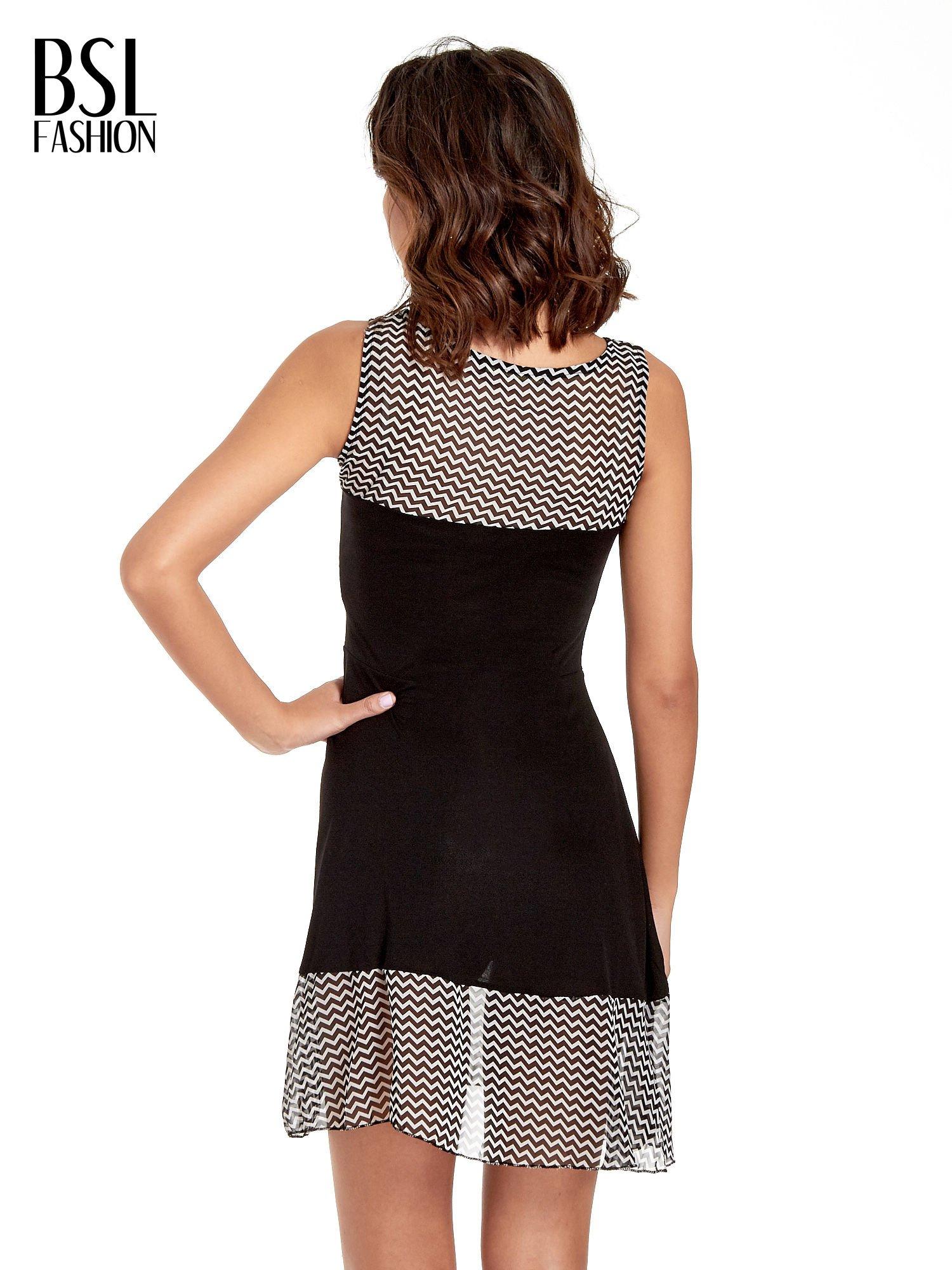 Czarna sukienka z wzorzystą wstawką na górze i falbaną                                  zdj.                                  4