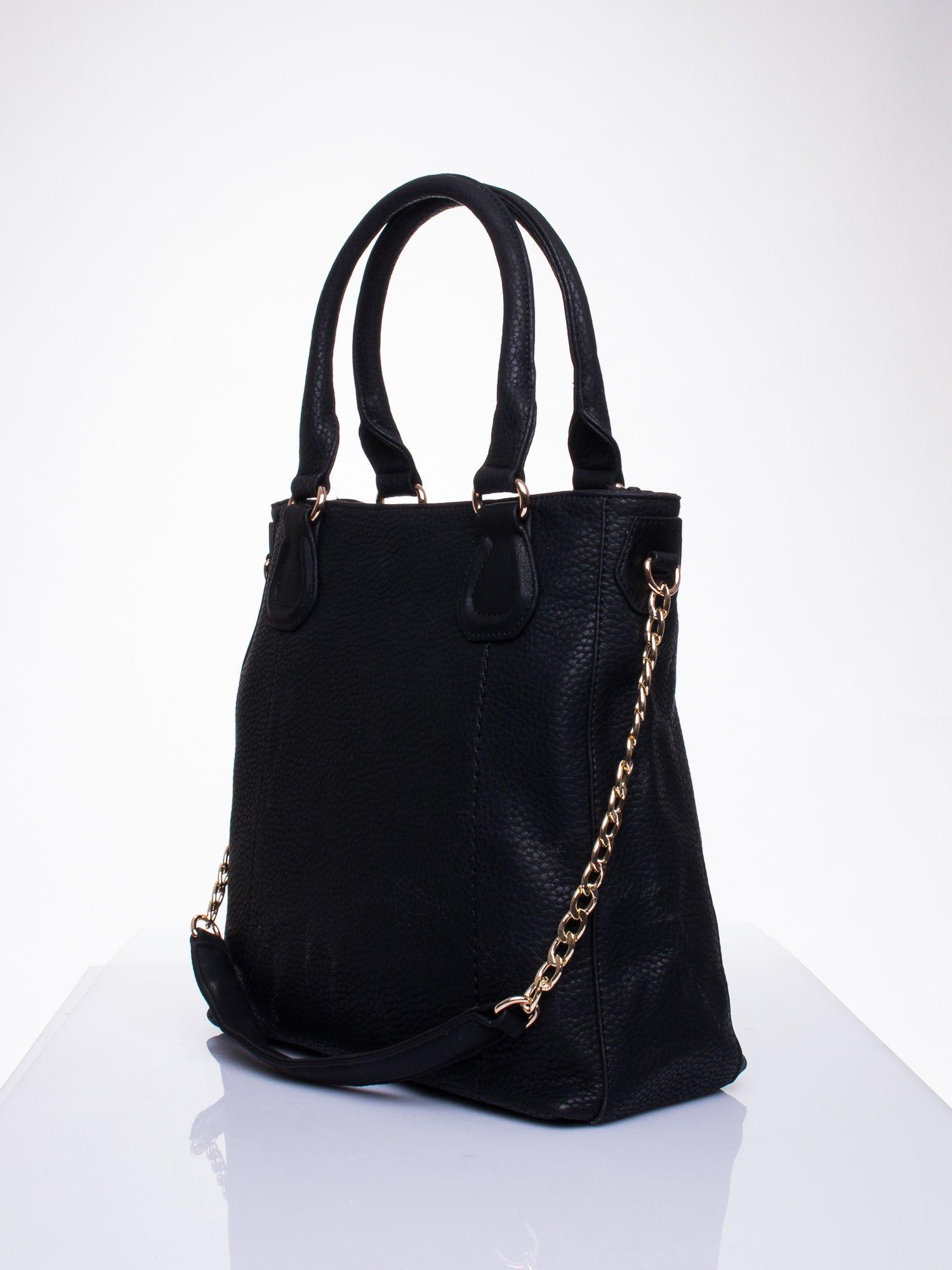 Czarna torba z łańcuszkowym odpinanym paskiem                                  zdj.                                  3