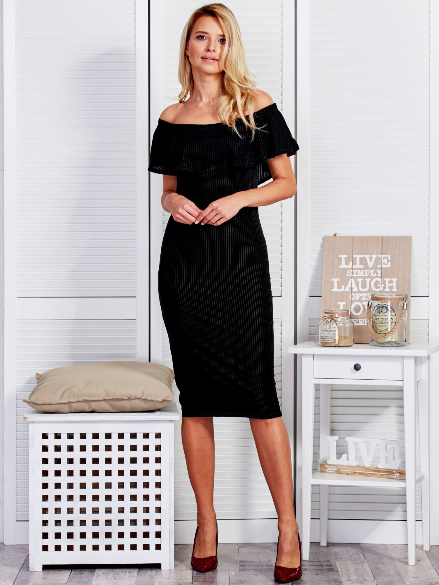 fdc84344b527 Czarna welurowa sukienka z szeroką falbaną - Sukienka koktajlowa ...