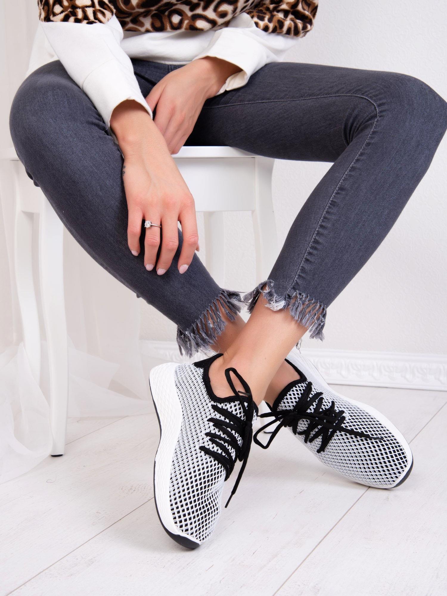 ed4943d83a6700 Czarne buty sportowe z ażurową białą siateczką - Buty Buty sportowe ...
