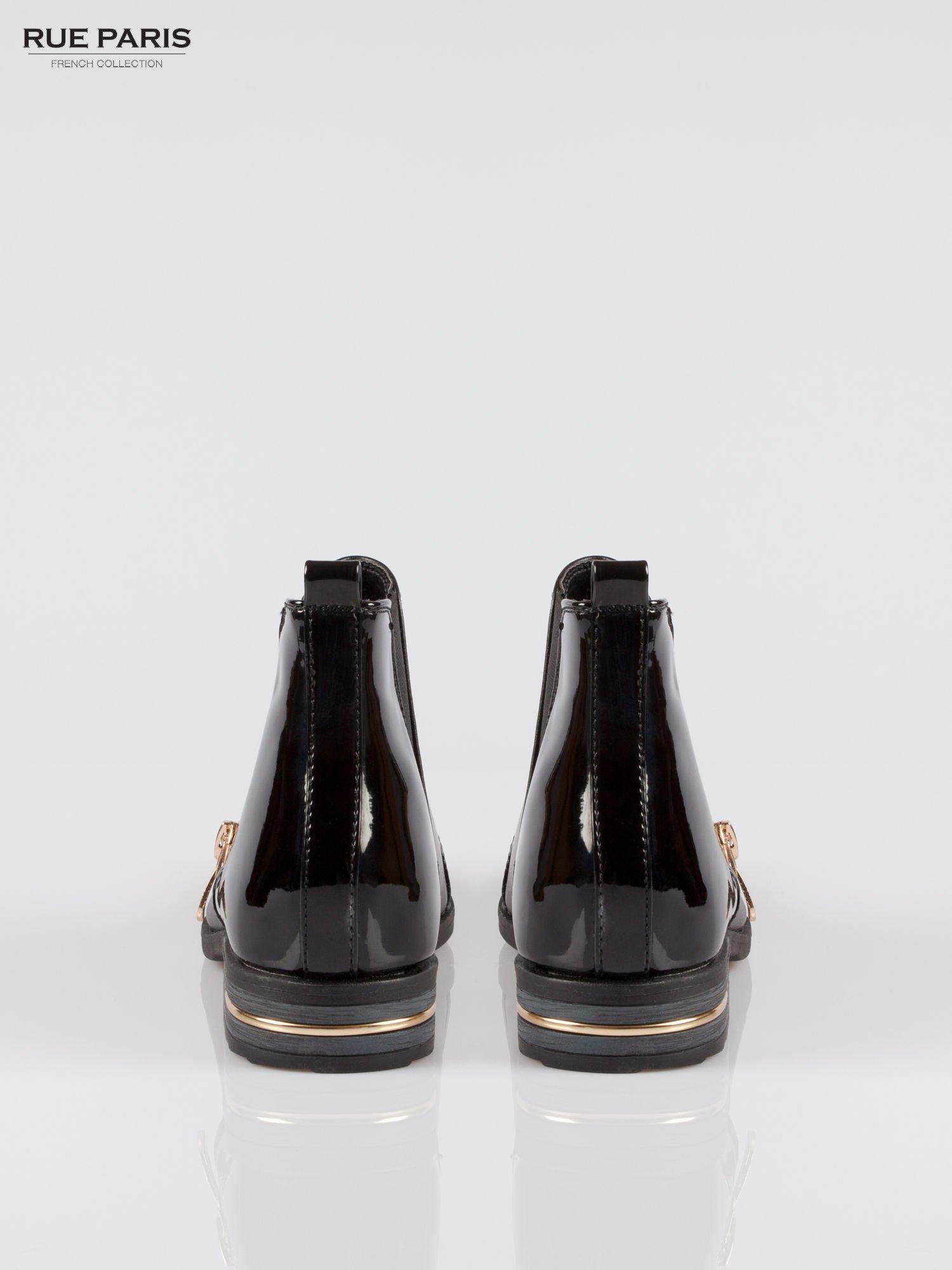 Czarne częściowo lakierowane płaskie botki ze złotym suwakiem i obcasem                                  zdj.                                  3