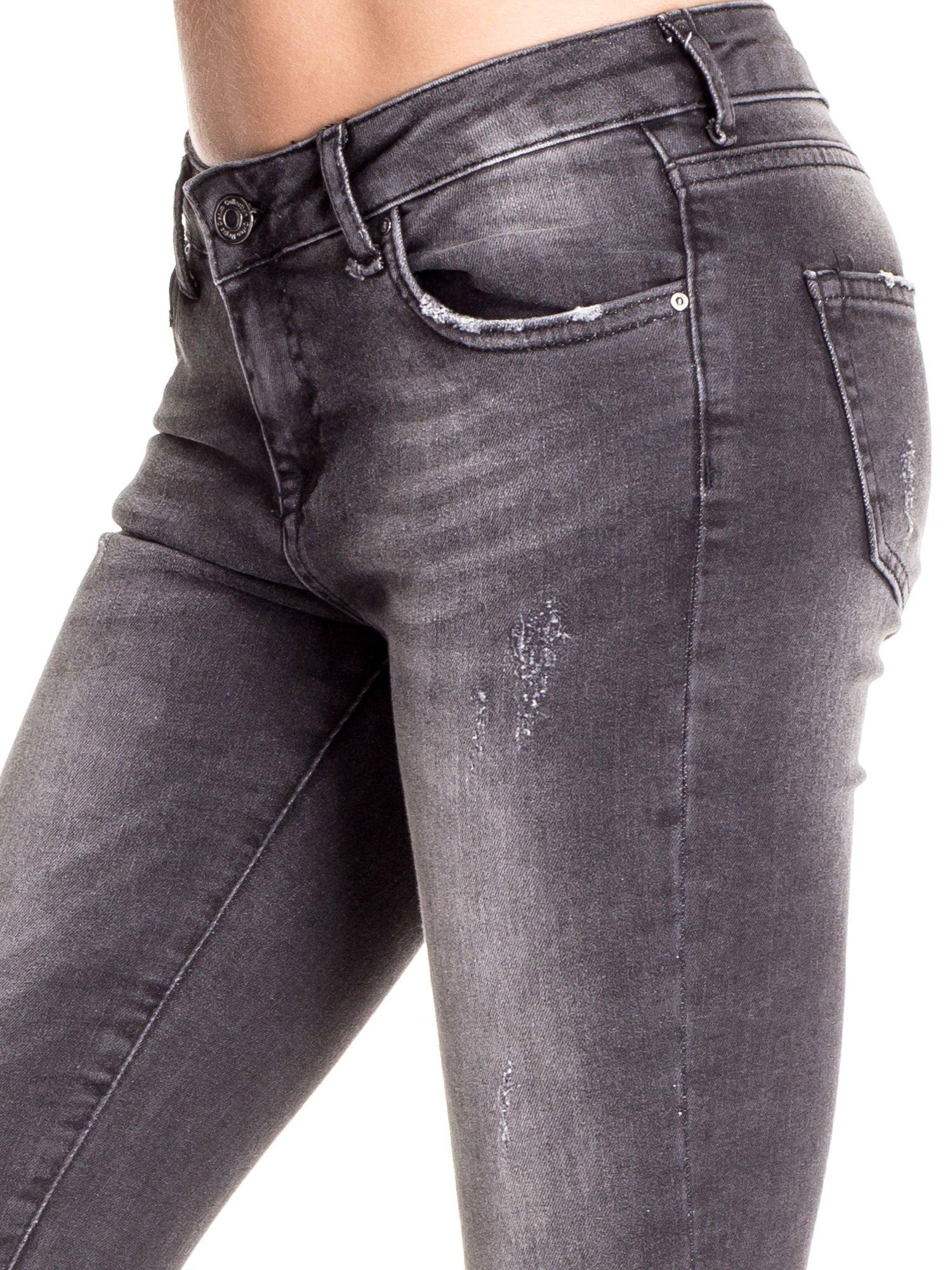 Czarne dopasowane spodnie skinny jeans z przetarciami                                  zdj.                                  5