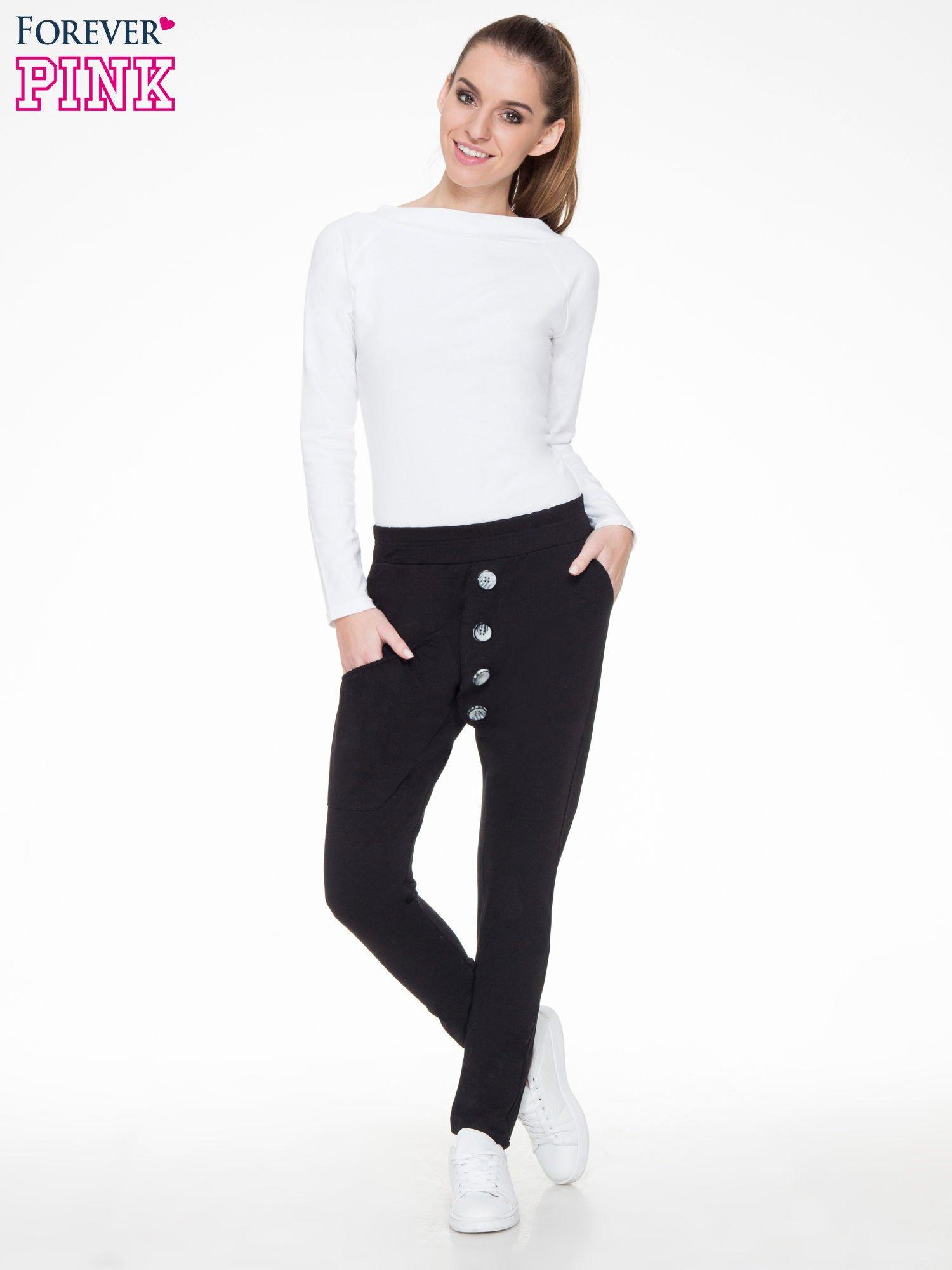 Czarne dresowe spodnie baggy z guzikami i ozdobnymi kieszonkami                                  zdj.                                  4