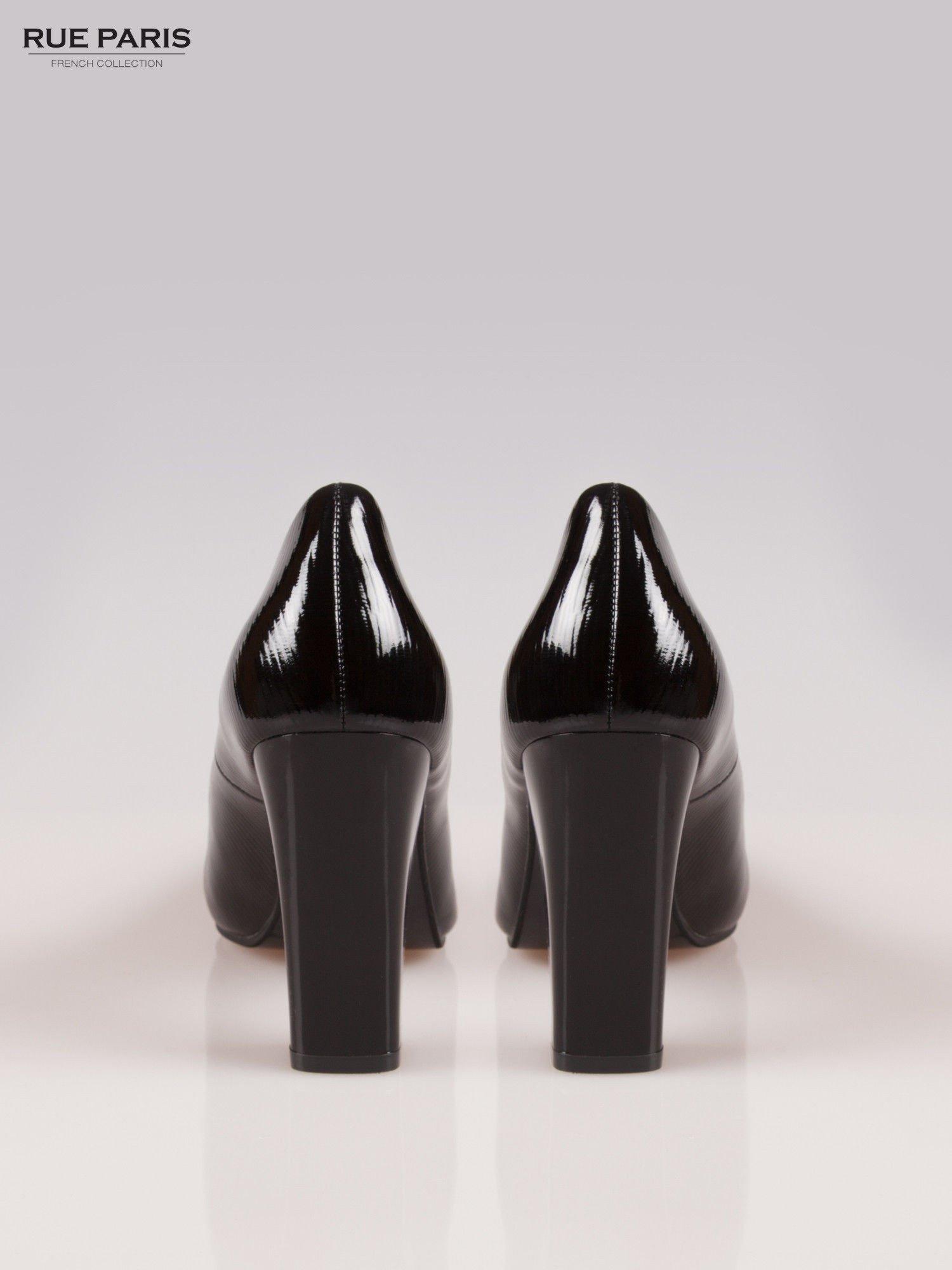 Czarne fakturowane szpilki na słupku Bettina                                  zdj.                                  3