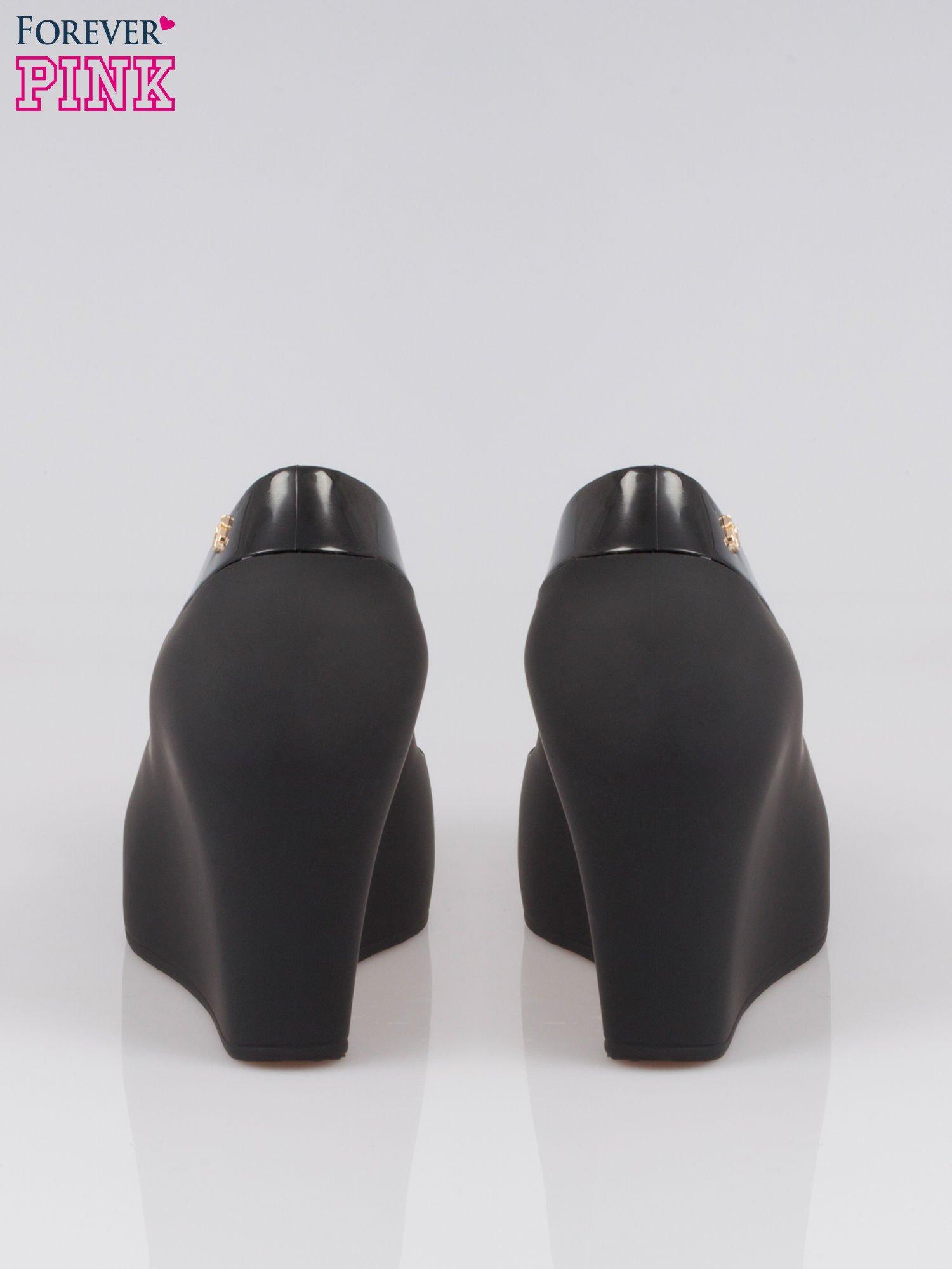 Czarne gumowe koturny z kokardą                                  zdj.                                  3