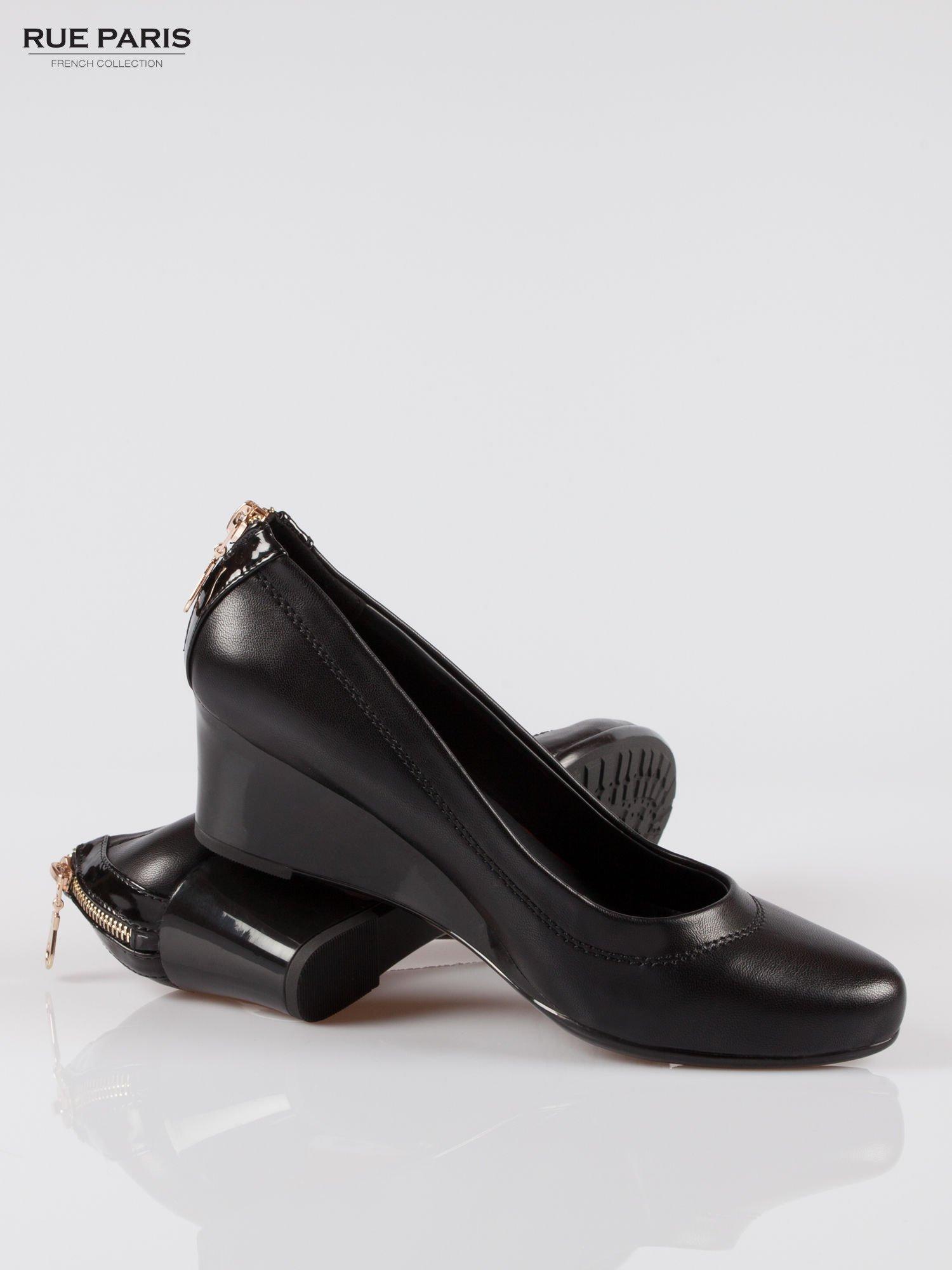 Czarne koturny faux leather Marisa ze złotym suwakiem z tyłu                                  zdj.                                  4