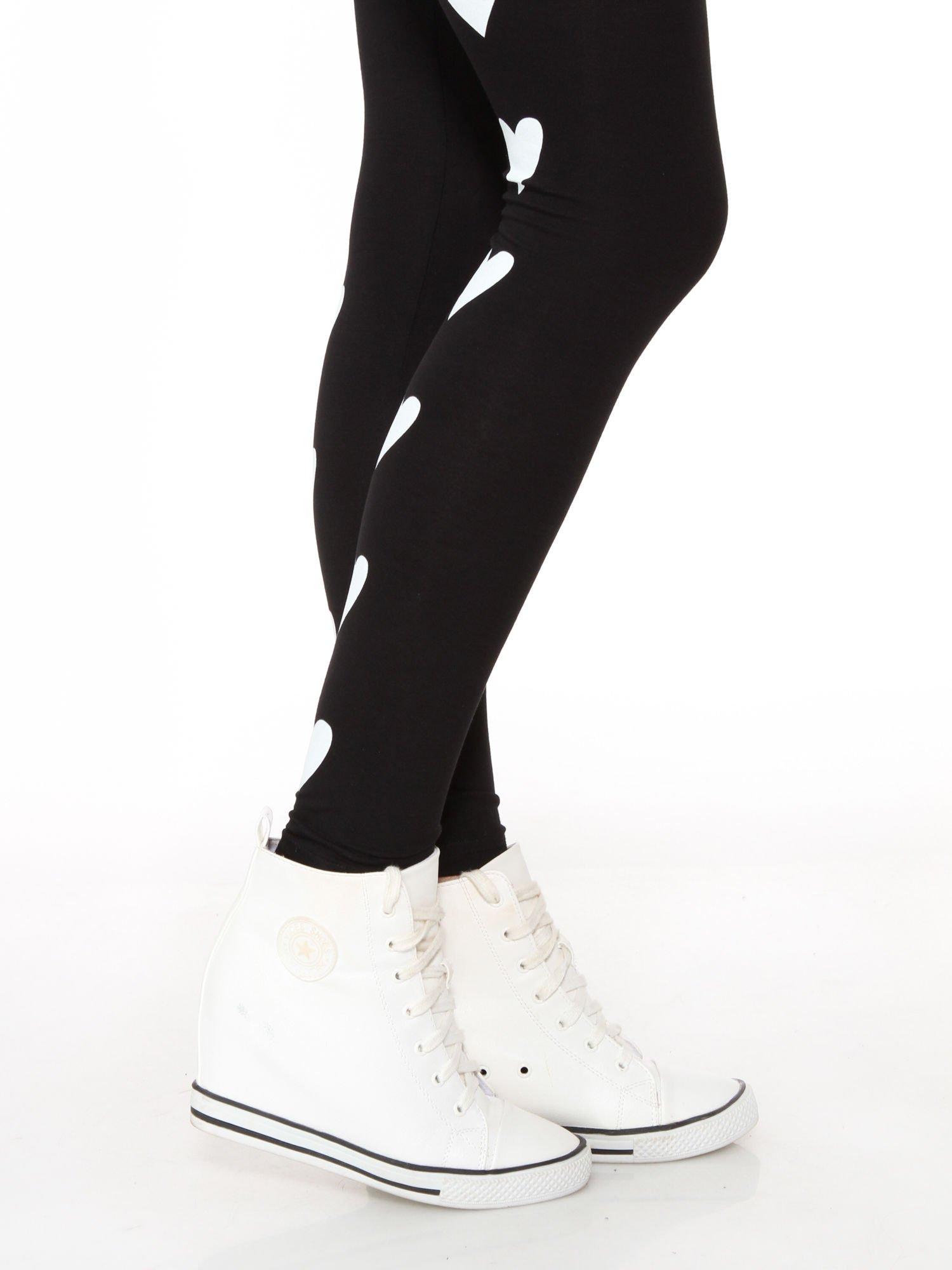 Czarne legginsy z nadrukiem serduszek z tyłu nogawek                                  zdj.                                  6