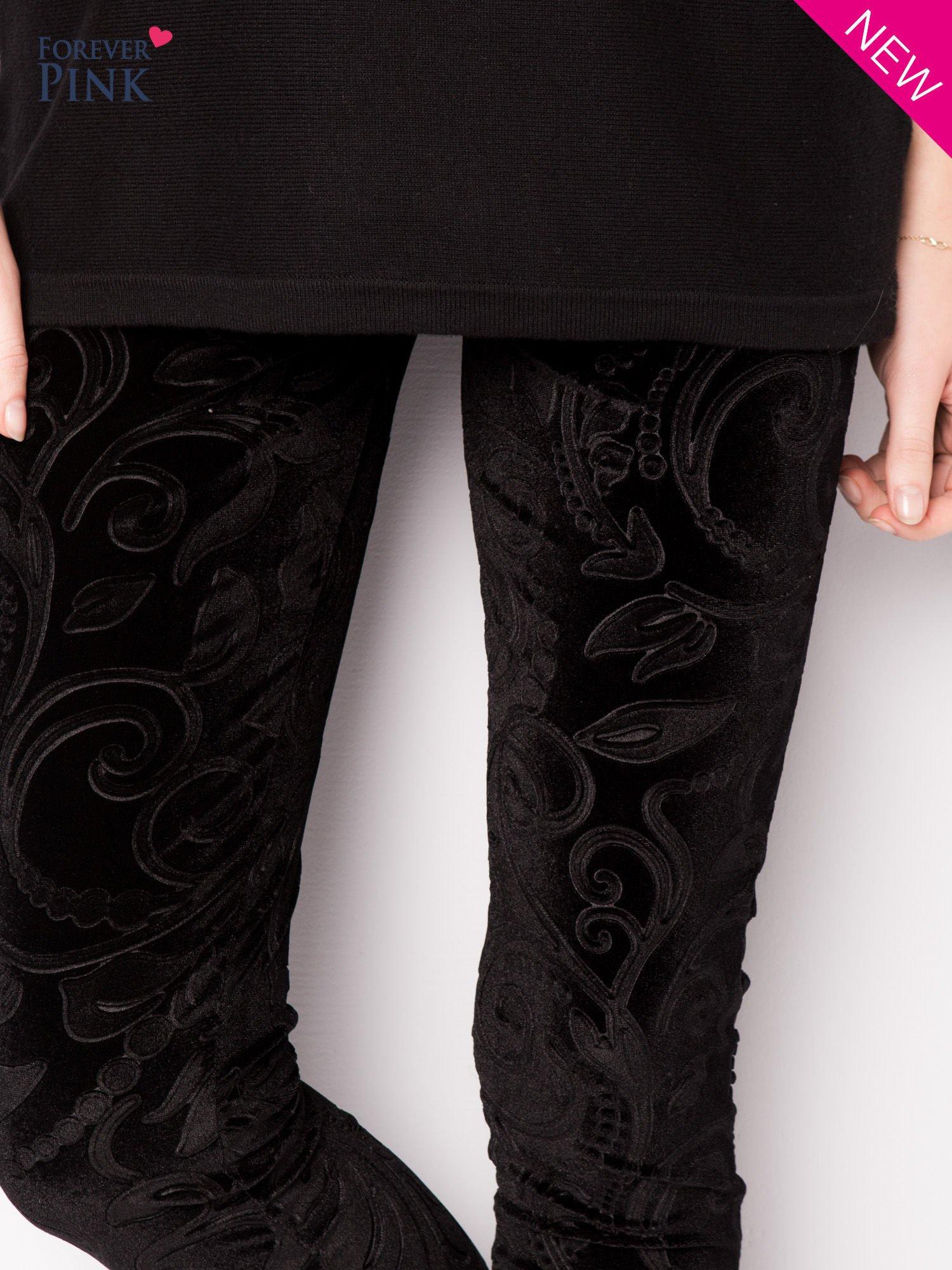 Czarne legginsy z weluru tłoczone w roślinny wzór                                  zdj.                                  4