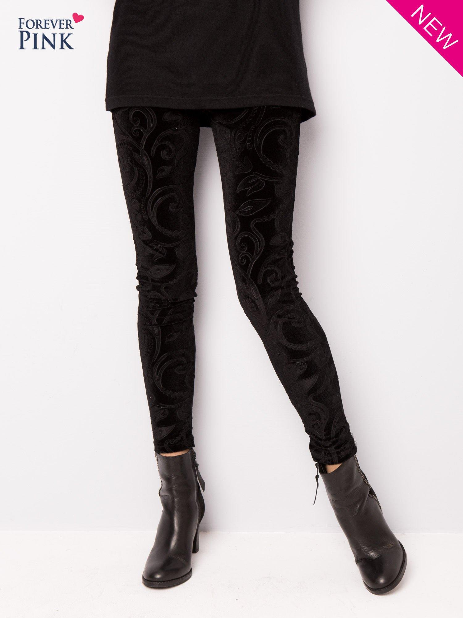Czarne legginsy z weluru tłoczone w roślinny wzór                                  zdj.                                  6