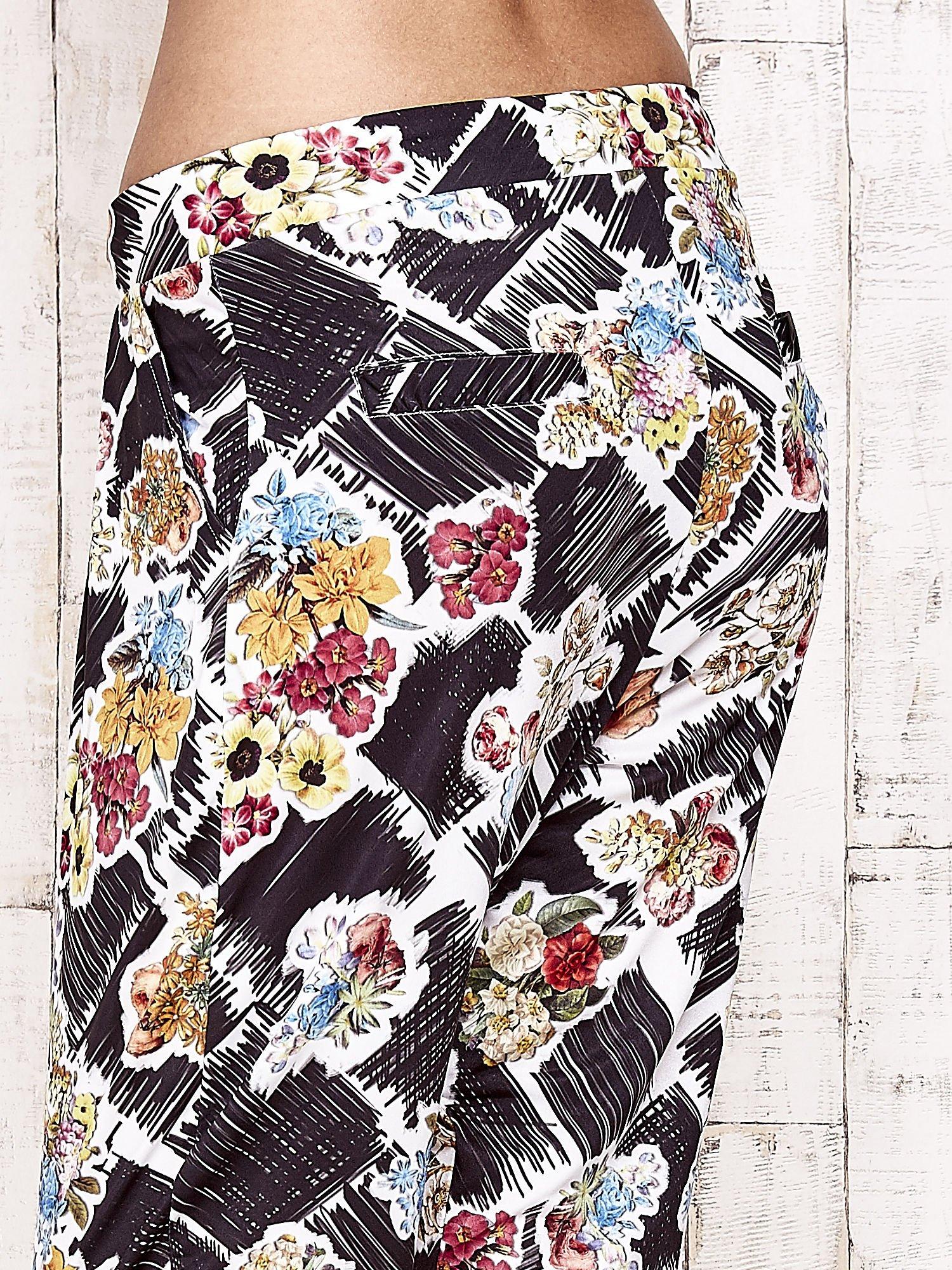 Czarne lejące spodnie z kwiatowym nadrukiem                                  zdj.                                  7