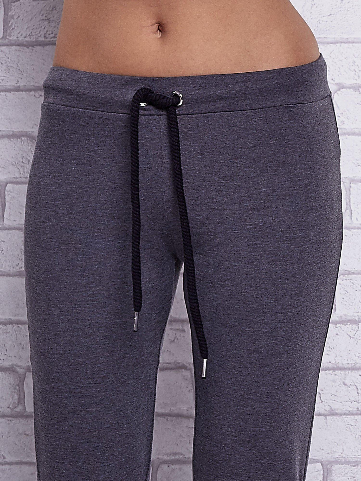 Czarne melanżowe spodnie dresowe z prostą nogawką                                  zdj.                                  4
