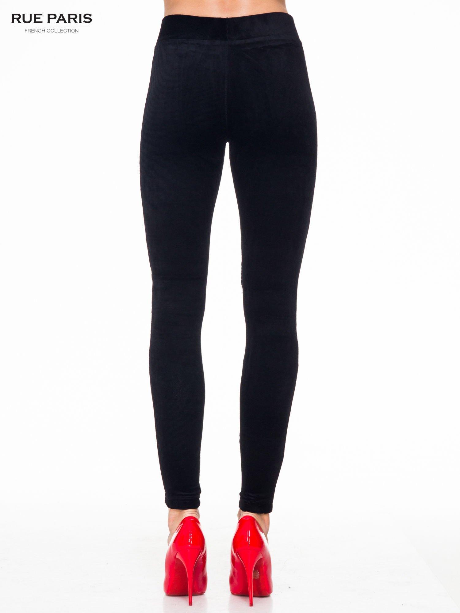 Czarne prążkowane legginsy damskie                                  zdj.                                  4