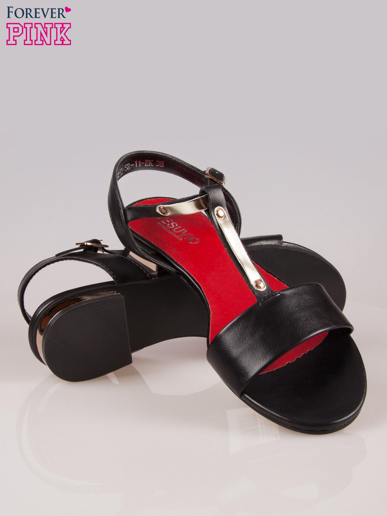 Czarne sandały t-bary ze złotym paskiem i obcasem                                  zdj.                                  4