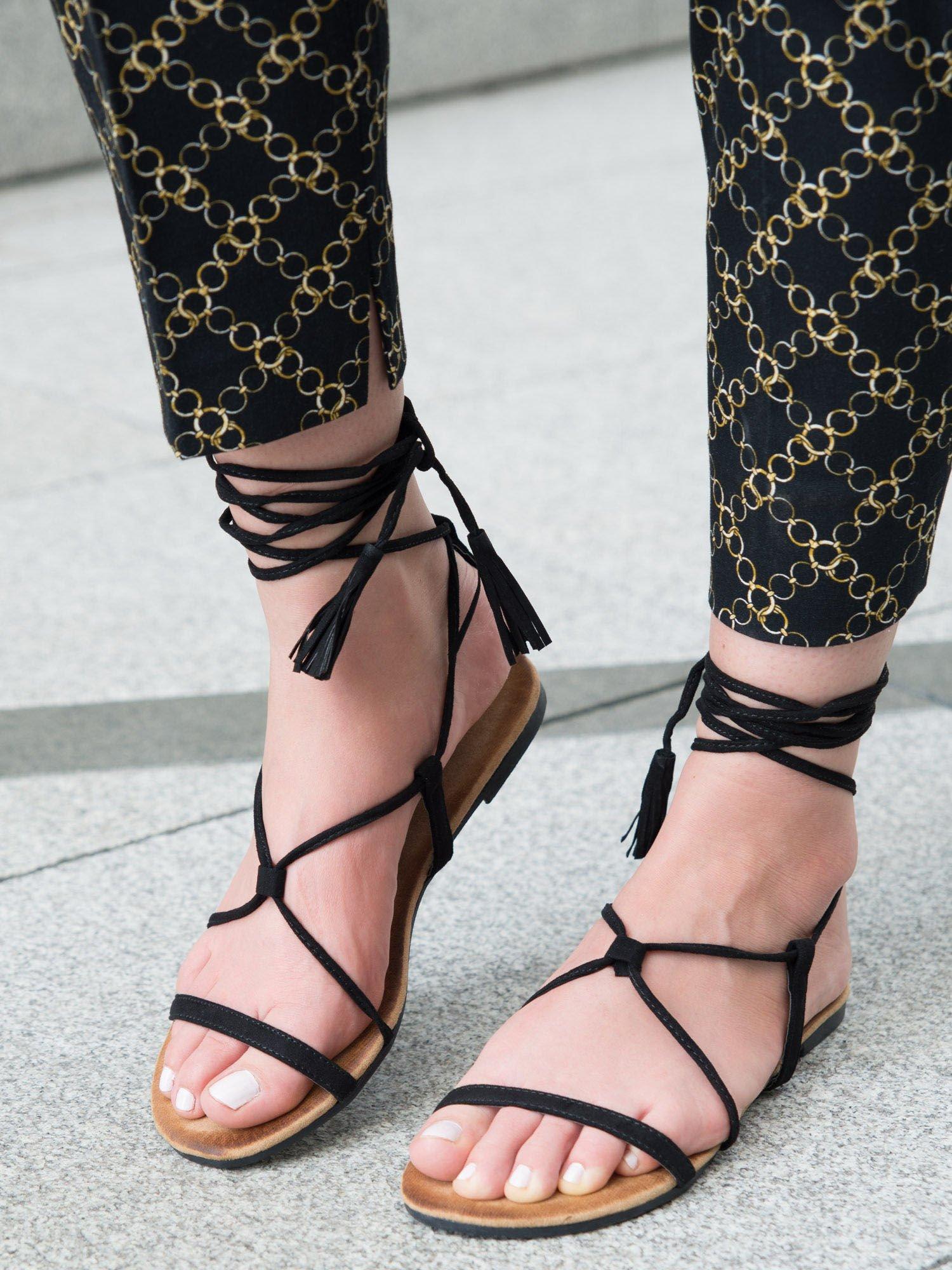 b2c73d484b77a4 Czarne sandały wiązane wokół kostki ozdobnym chwostem - Buty Sandały ...
