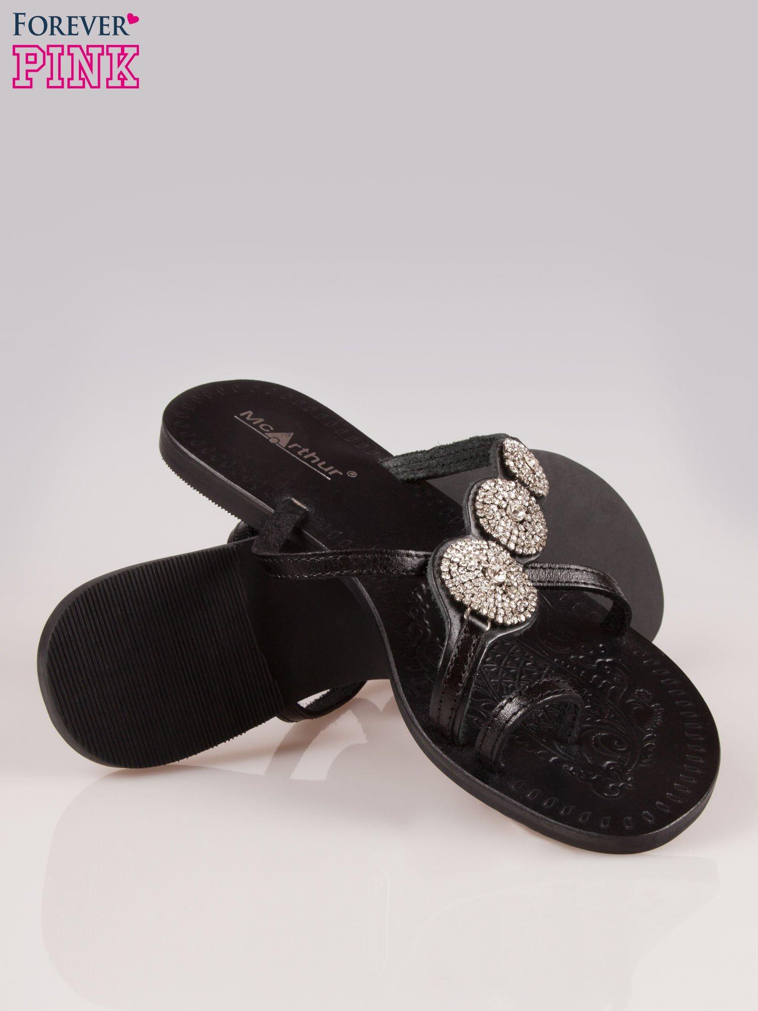 Czarne skórzane klapki typu japonki z ozdobami z cyrkonii                                  zdj.                                  4