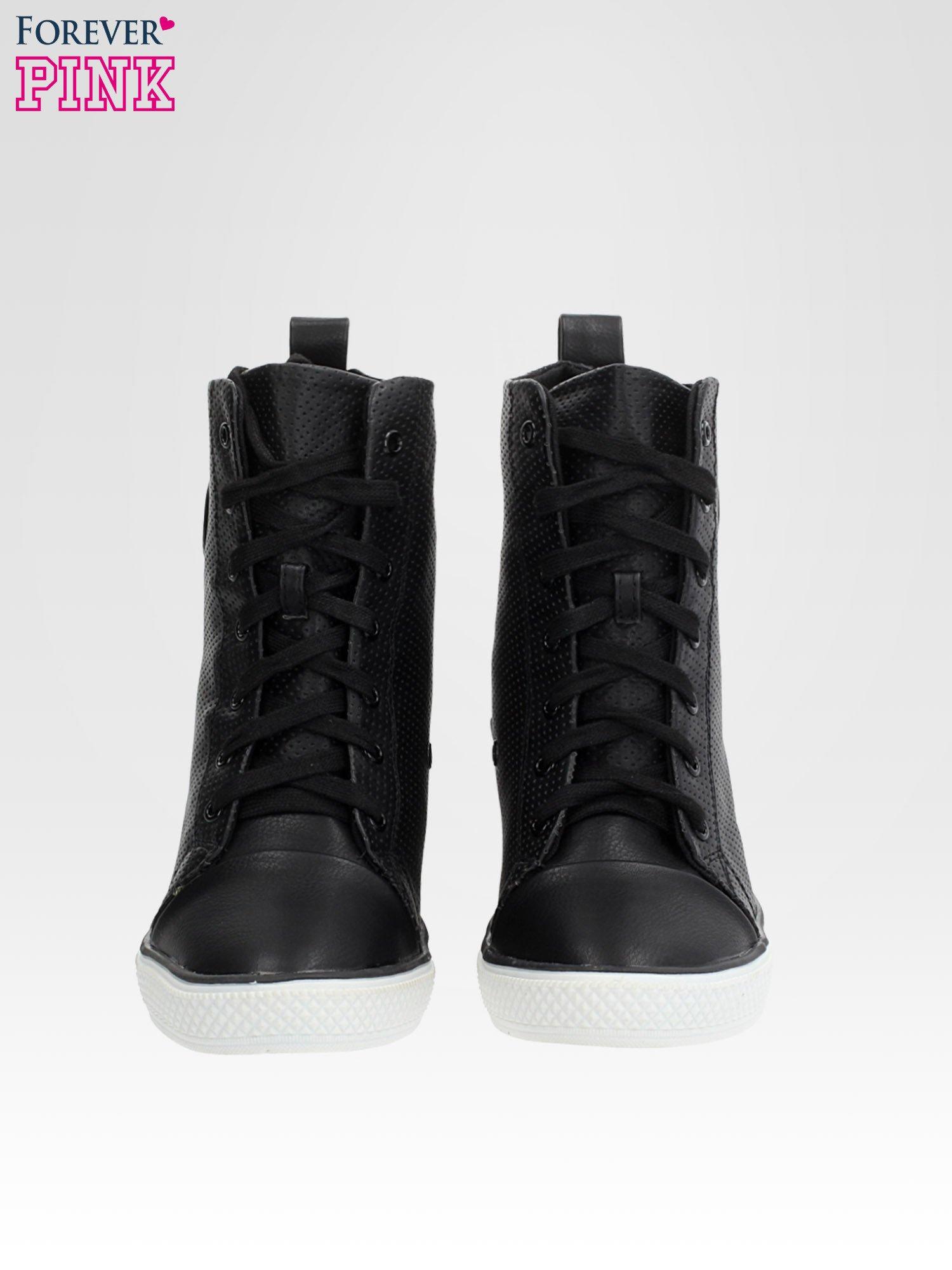 Czarne skórzane trampki na koturnie sneakersy z dziurkowanej cholewki                                  zdj.                                  5