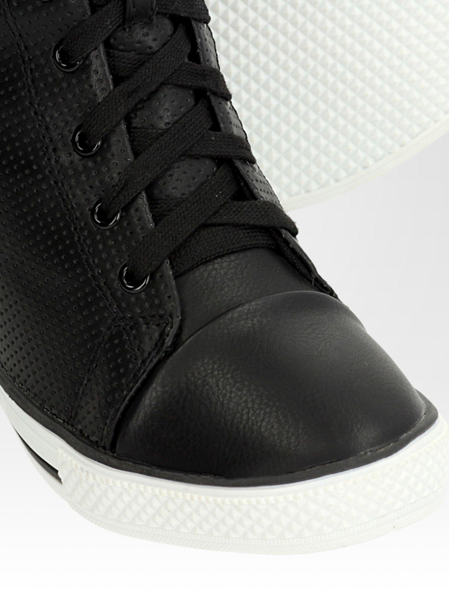 Czarne skórzane trampki na koturnie sneakersy z dziurkowanej cholewki                                  zdj.                                  7