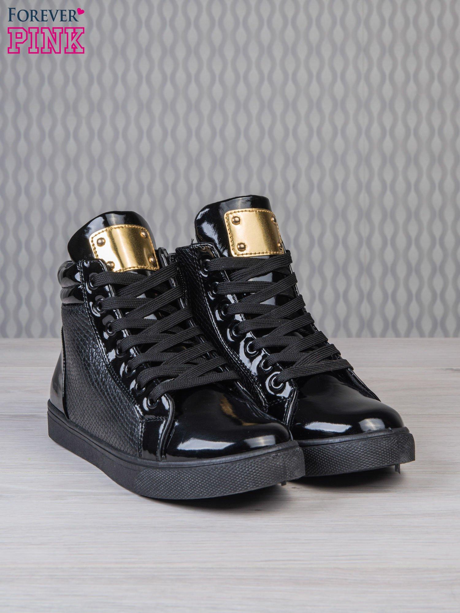 Czarne sneakersy z suwakiem i motywem skóry krokodyla                                  zdj.                                  2