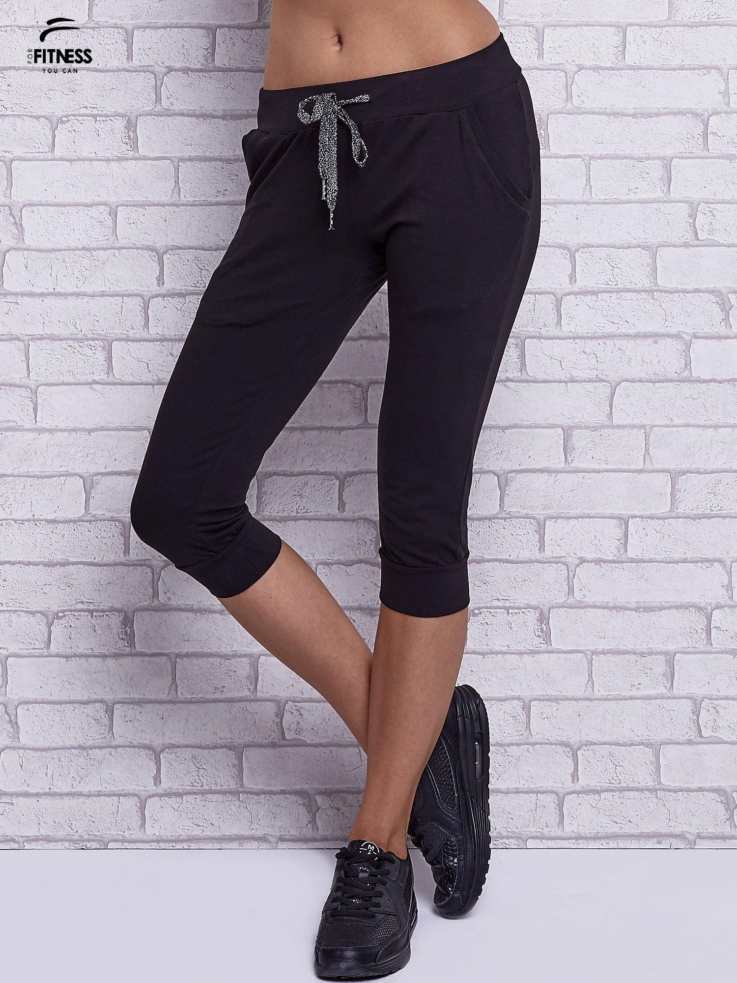 Czarne spodnie capri z bocznymi kieszeniami                                  zdj.                                  1