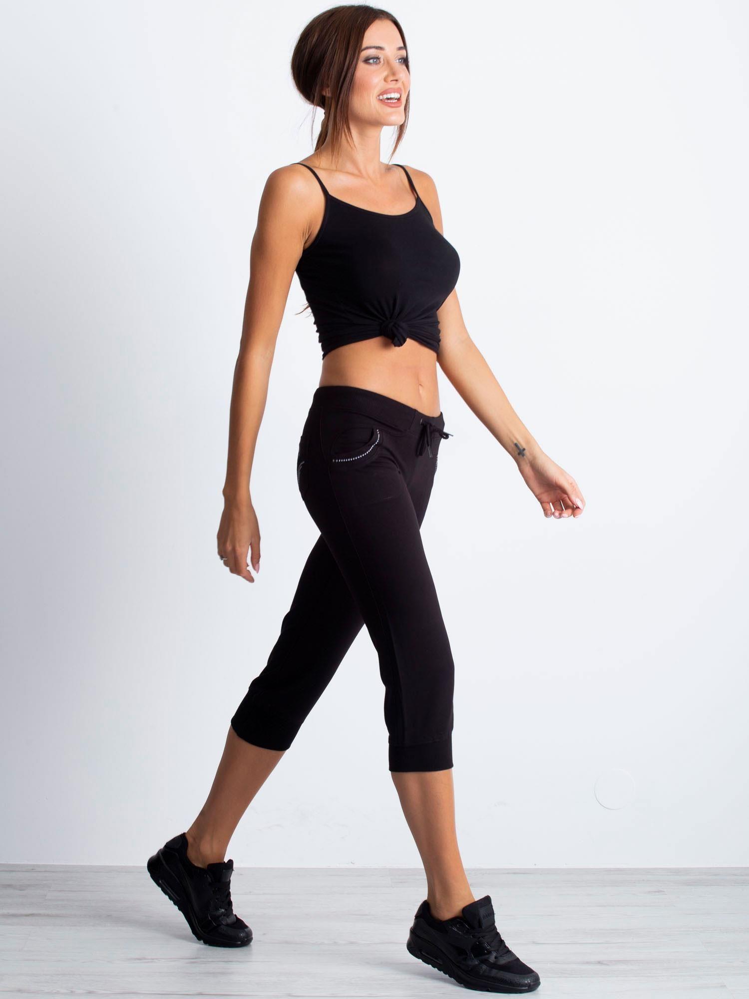 Czarne spodnie capri z dżetami na kieszeniach                                  zdj.                                  5