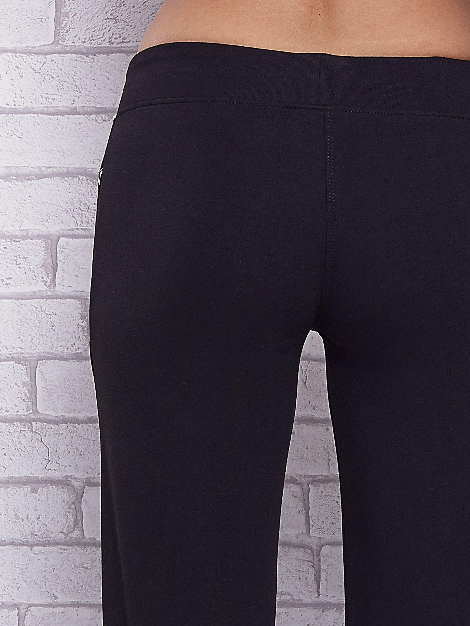 Czarne spodnie capri z motywem pasków na nogawkach                                  zdj.                                  6