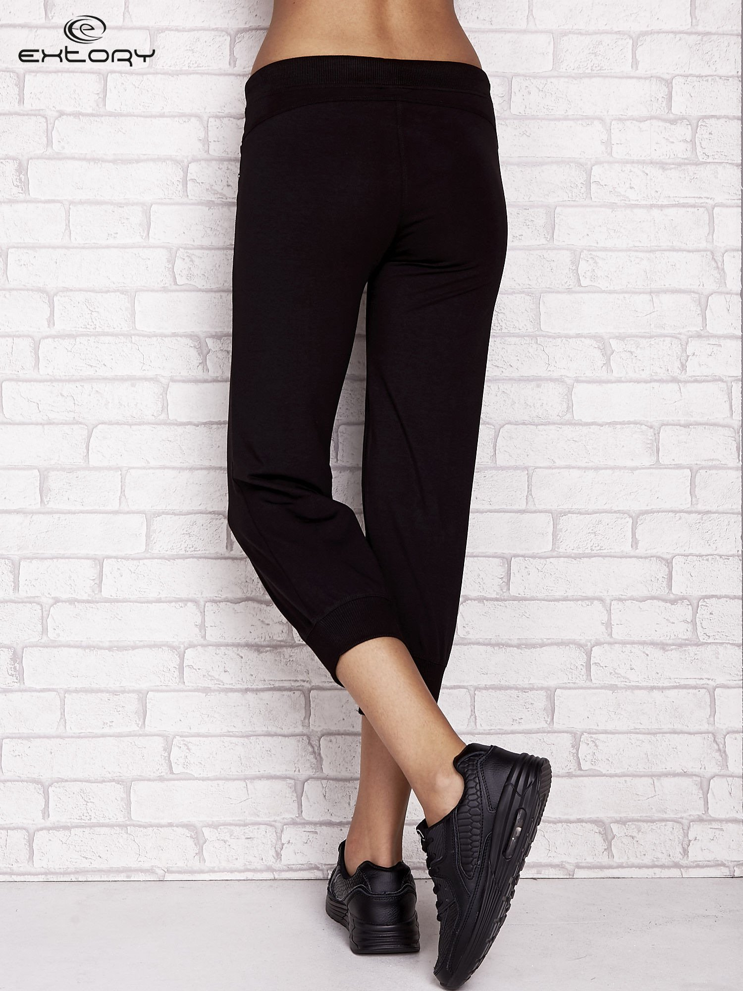 Czarne spodnie dresowe capri z aplikacją na kieszeniach                                  zdj.                                  2