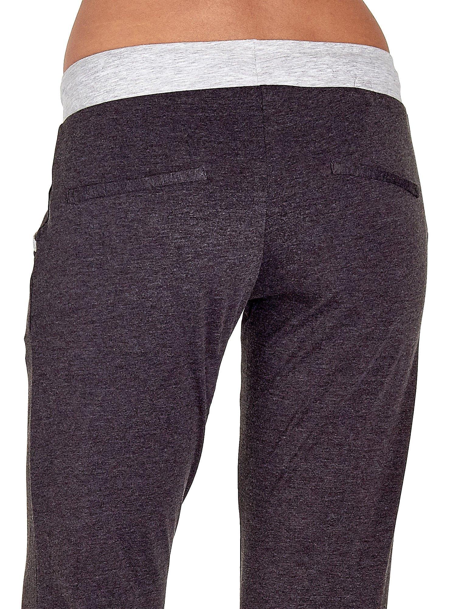 Czarne spodnie dresowe capri z kontrastowym pasem                                  zdj.                                  6