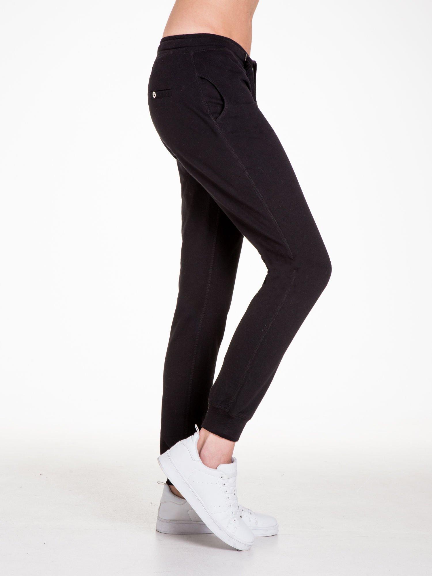 Czarne spodnie dresowe damskie z guziczkami                                  zdj.                                  6