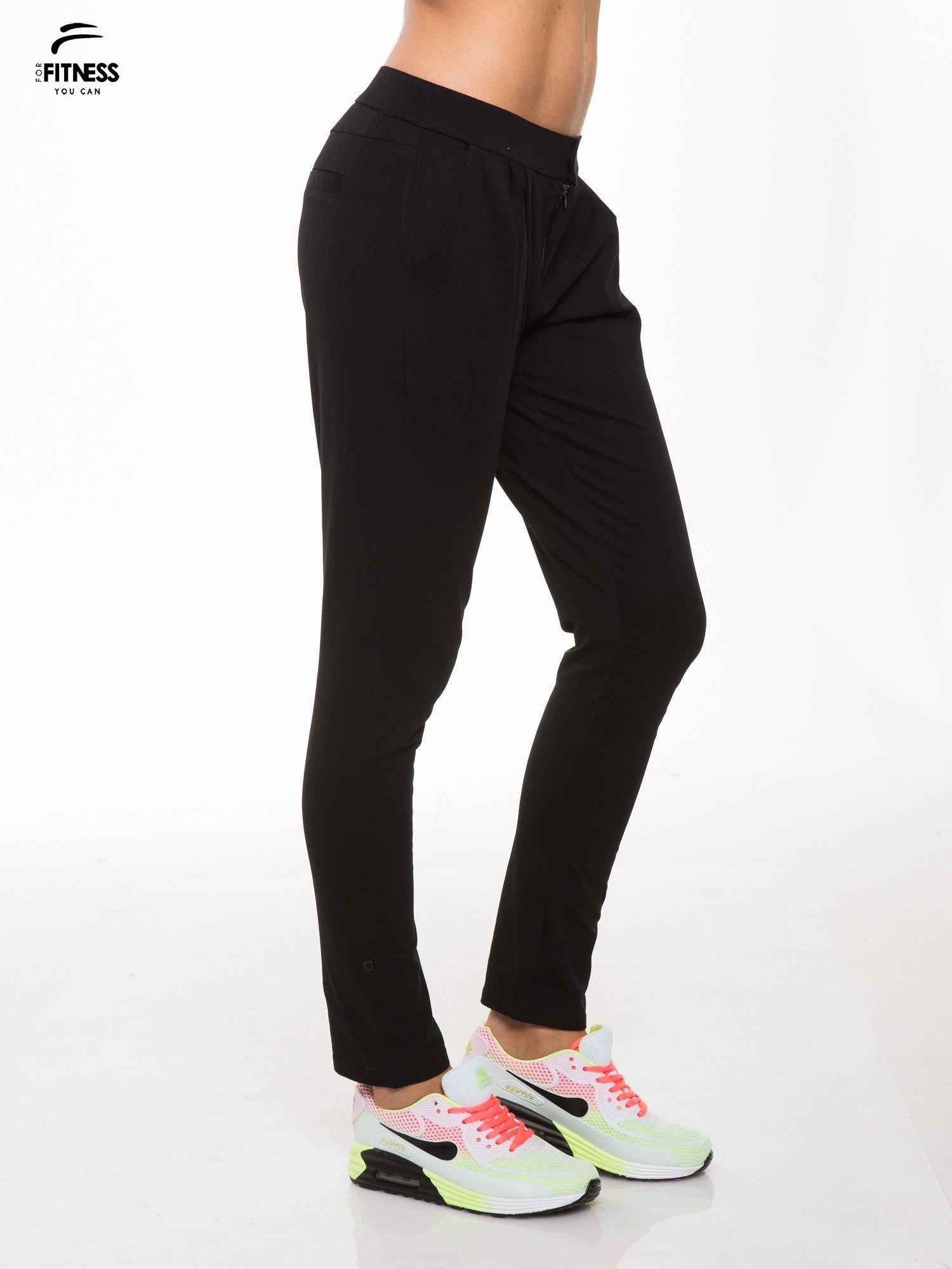 Czarne spodnie dresowe damskie z podwijaną nogawką                                  zdj.                                  3