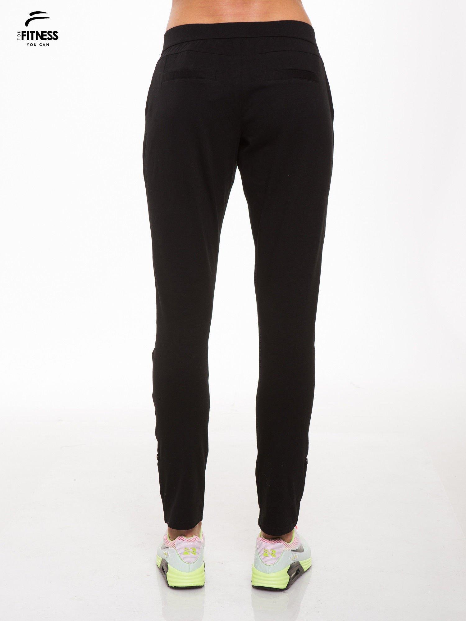 Czarne spodnie dresowe damskie z podwijaną nogawką                                  zdj.                                  4