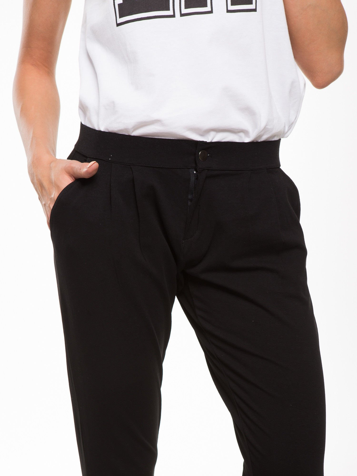Czarne spodnie dresowe damskie z podwijaną nogawką                                  zdj.                                  6